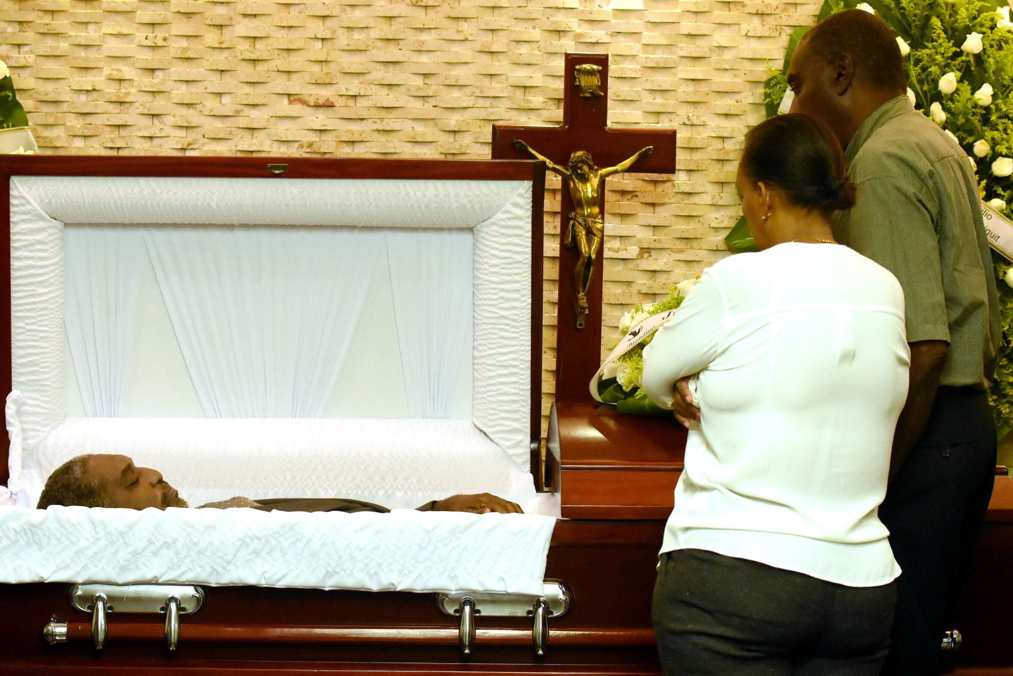 """Dominikana: przyjaciele i rodzina żegnają Antonio """"Chicho"""" Sibilio Hughesa, byłego koszykarza, fot. Orlando Ramos, PAP/PA"""