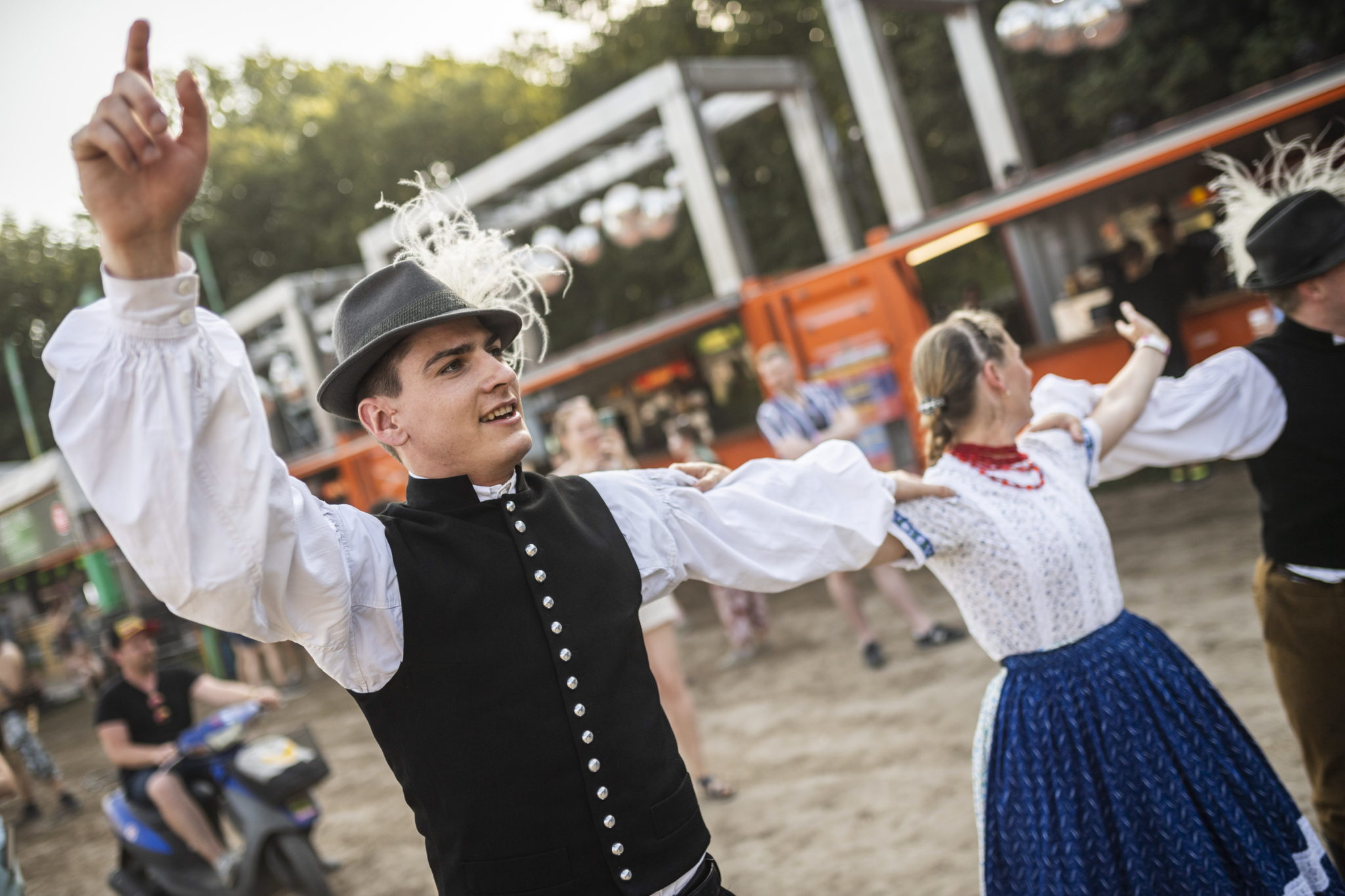 Węgry: tancerze ludowi występują na festiwalu Sziget w Budapeszcie. To jeden z największych festiwali kulturalnych na świecie: oferuje wystawy sztuki, przedstawienia teatralne i cyrkowe, a przede wszystkim koncerty muzyczne. Trwa 7 dni, fot. MARTON MONUS, PAP/EPA