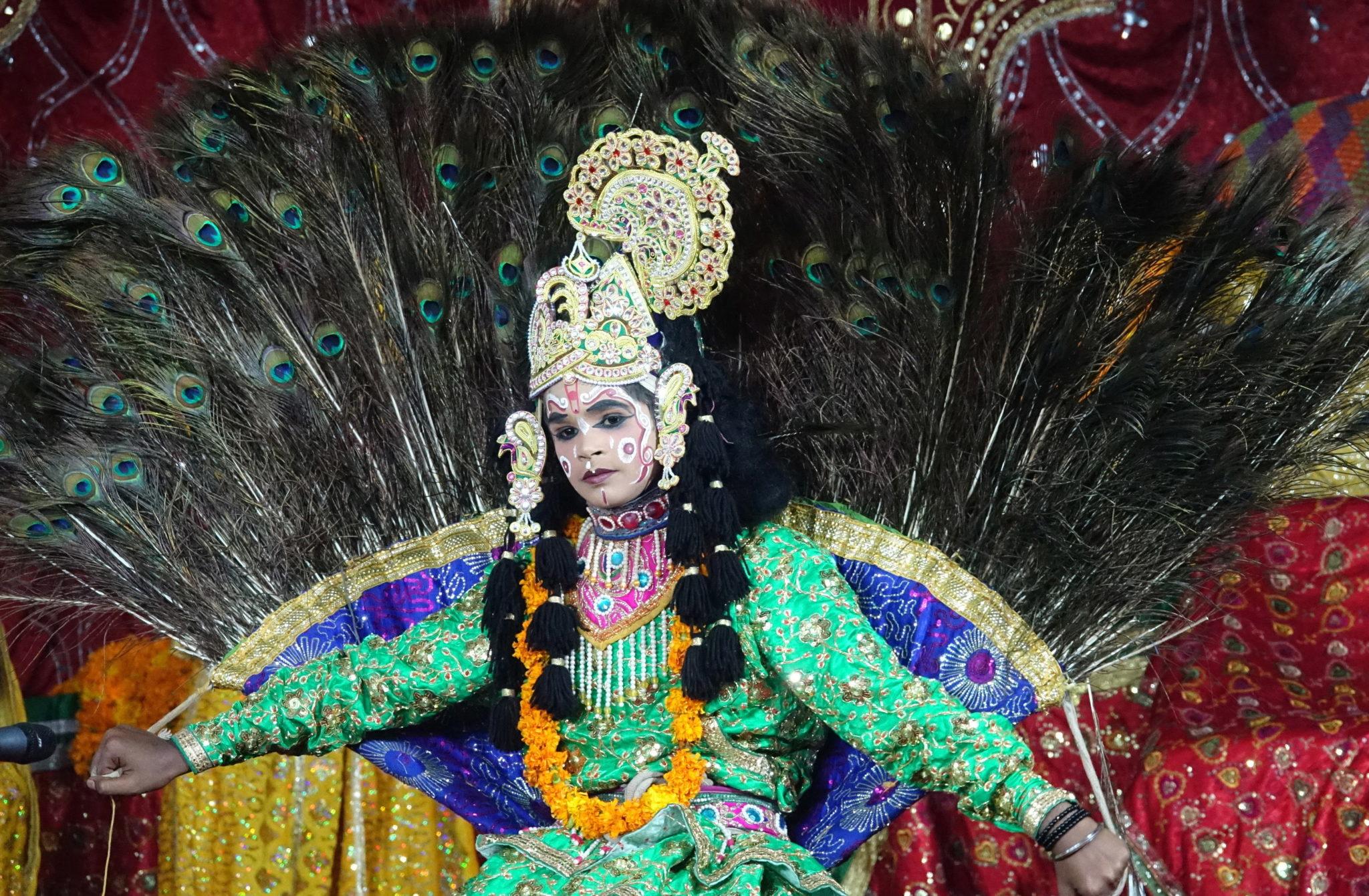 Indie: dziewczynka w stroju imitującym Krysznę występuje podczas uroczystości z okazji Janmasztami, hinduskiego święta narodzin tego bóstwa. Uroczystości odbywają się min. w świątyni Radha Kryszna w Baba Baroh. Fot. SANJAY BAID/EPA