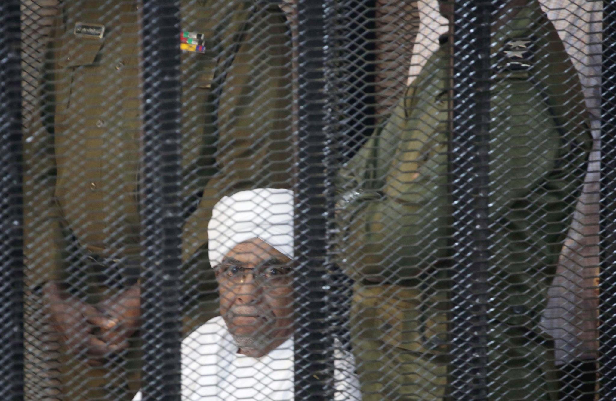 Sudan: Były prezydent Sudanu Omar Hassan al-Bashir w klatce dla oskarżonych podczas procesu w Chartumie.  Al-Bashir ustąpił w kwietniu 2019 r. po wielomiesięcznym powstaniu, w wyniku którego zginęły setki osób. Fot. AMEL PAIN/epa