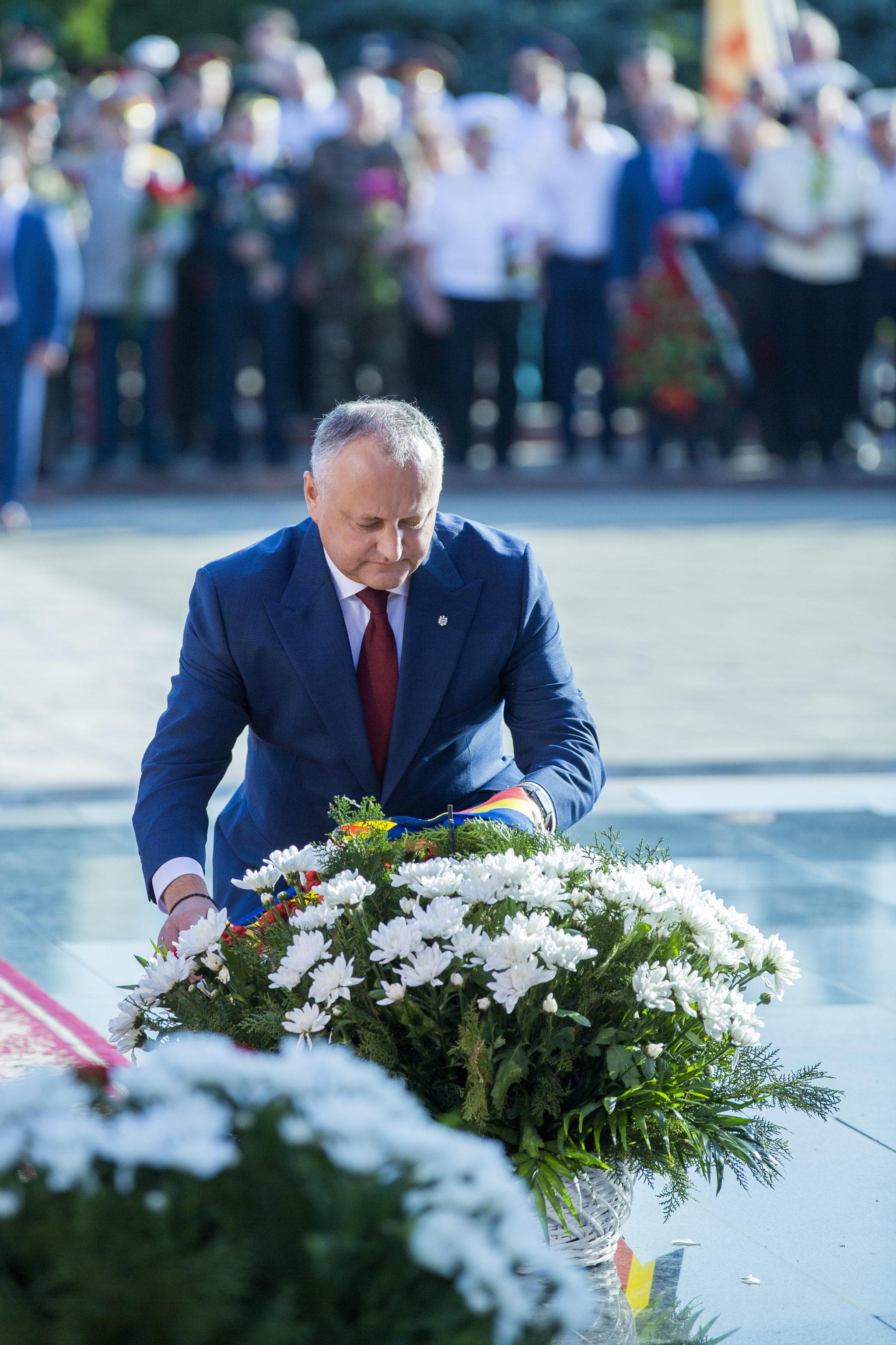 """Mołdawia: Prezydent Igor Dodon składa wieniec podczas uroczystości upamiętniających 75. rocznicę operacji """"Kiszyniów"""