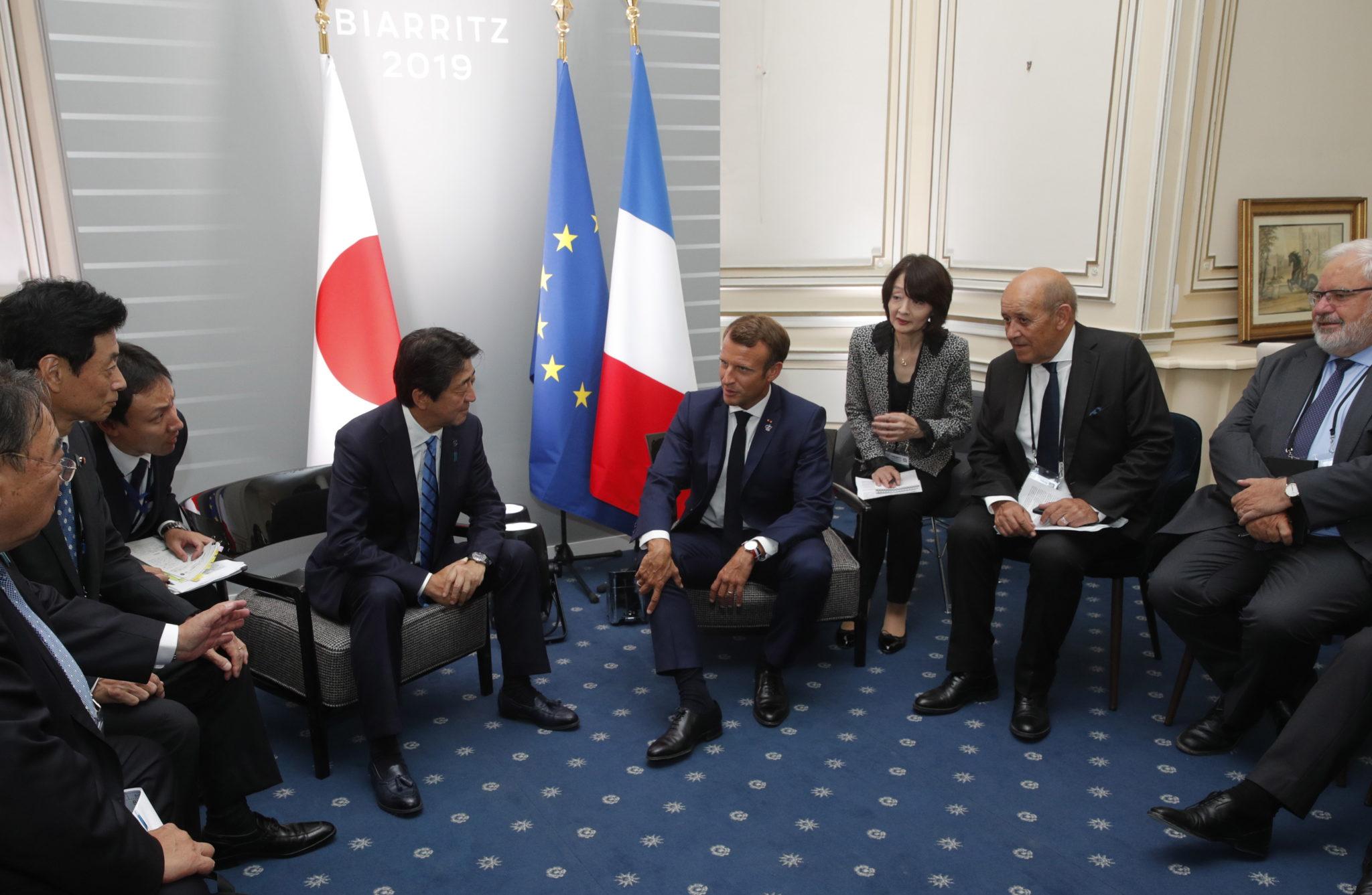 FRANCJA: Prezydent Emmanuel Macron i premier Japonii Shinzo Abe podczas dwustronnego szczytu G7 w Biarritz. FOT. PHILIPPE WOJAZER/EPA