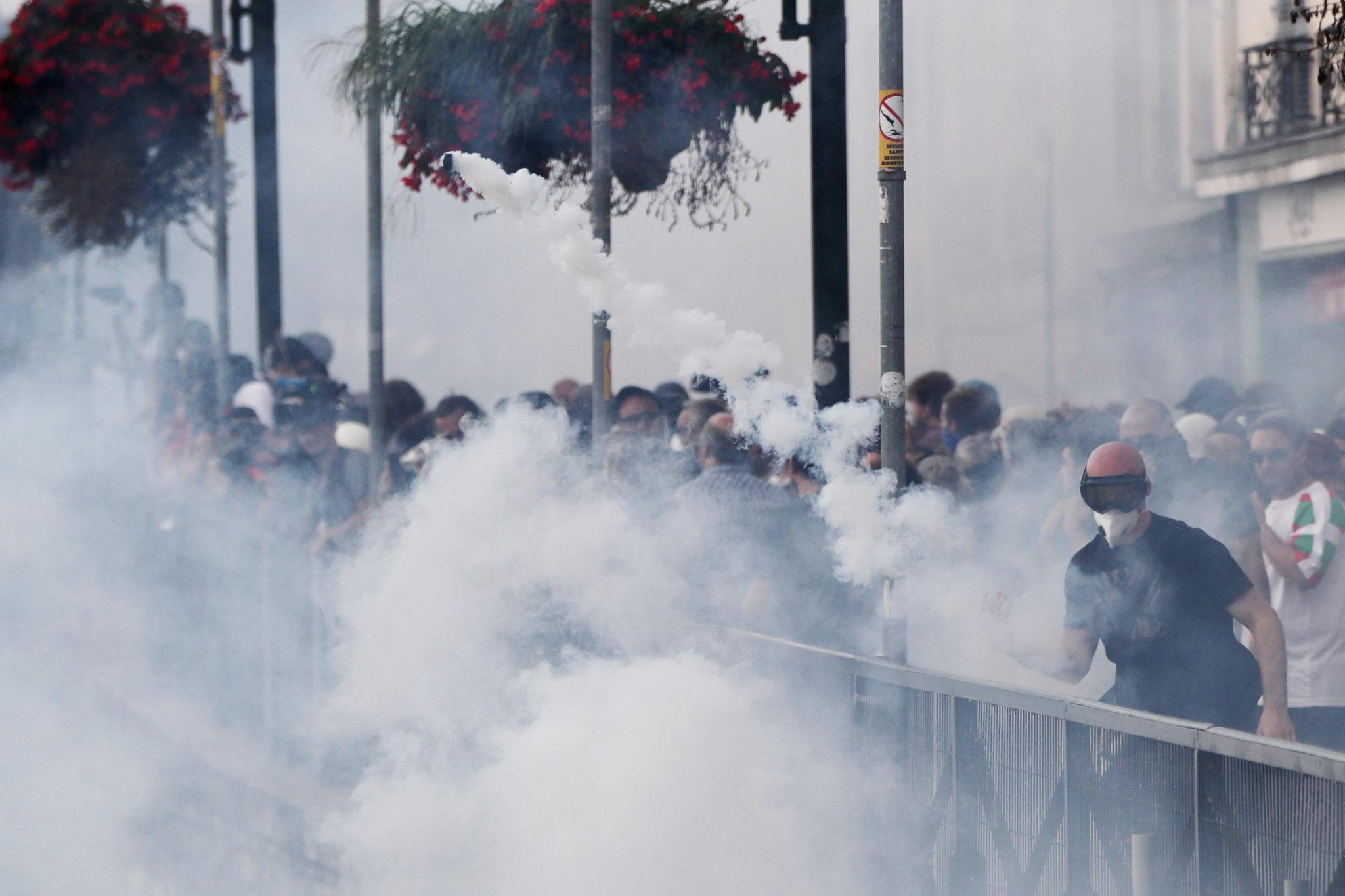 Francja: policja starła się z protestującymi podczas demonstracji przeciwko szczytowi G7 w Bayonne, niedaleko Biarritz. Fot. GUILLAUME HORCAJUELO/epa
