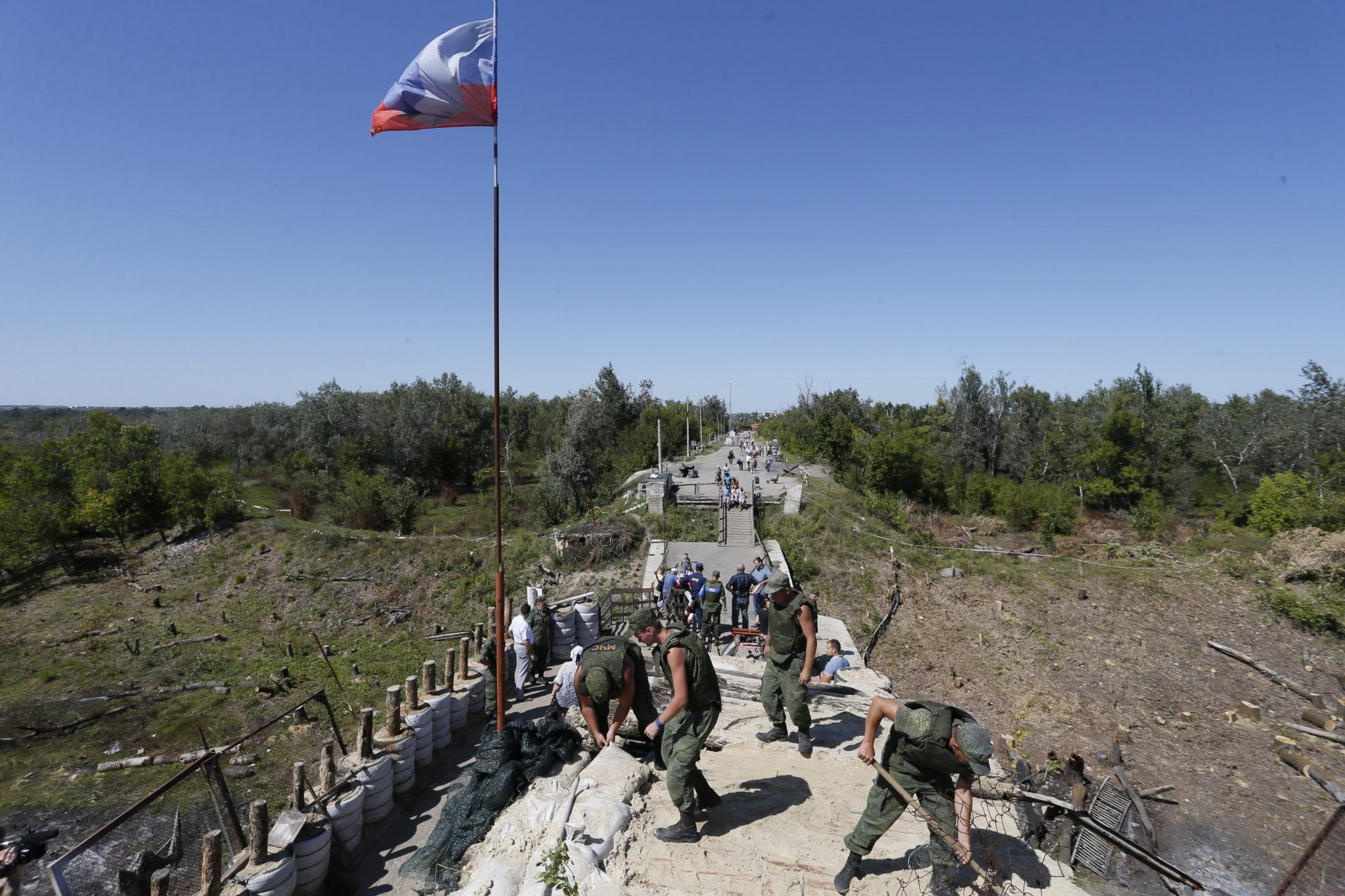Ukraina: uszkodzony most, żołnierze Ługańskiej Republiki Ludowej demontują fortyfikacje i przygotowują zniszczony most do naprawy, fot. Dave Mustaine, PAP/EPA