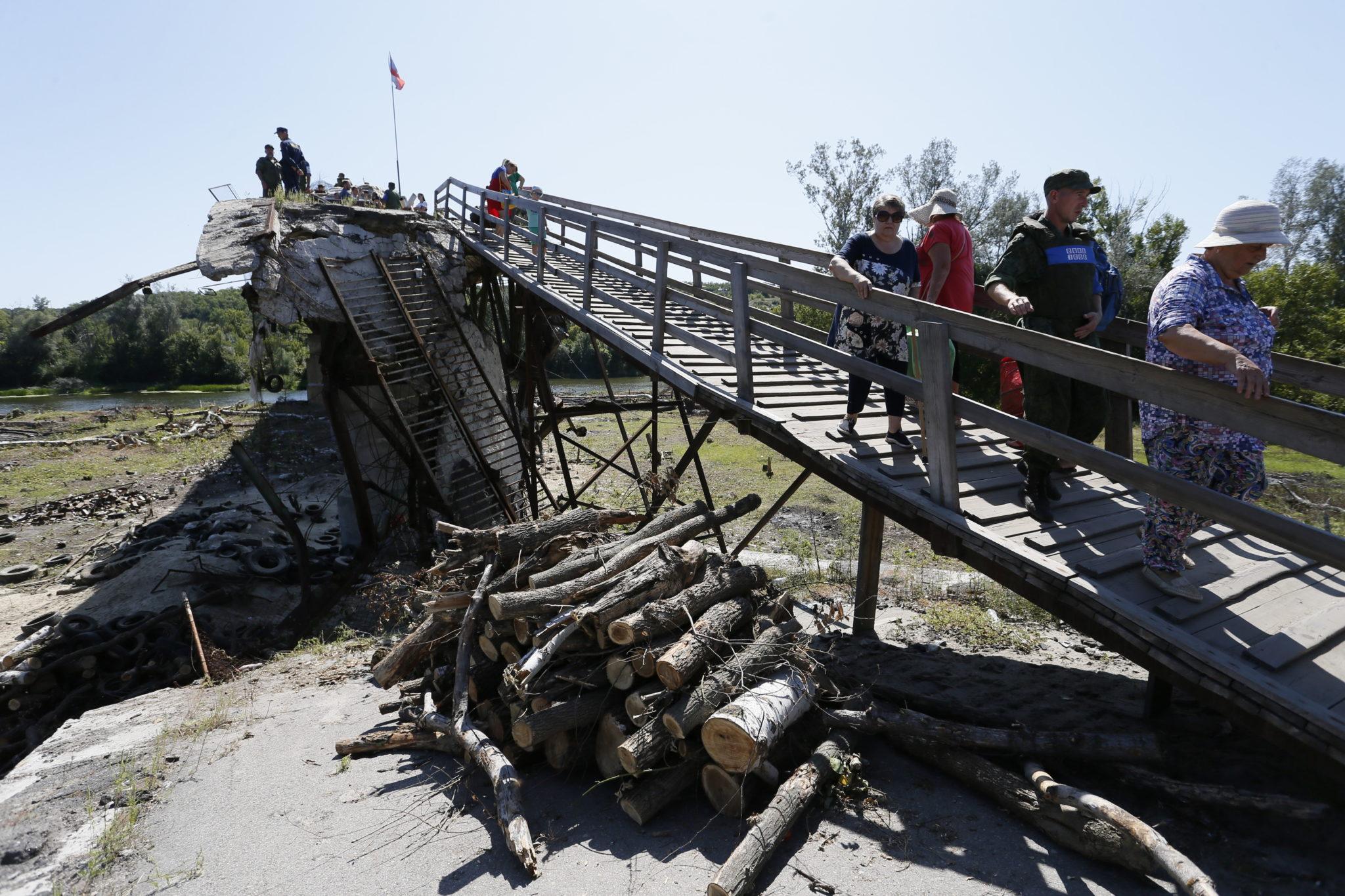 Ukraina: uszkodzony most, żołnierze Ługańskiej Republiki Ludowej demontują fortyfikacje i przygotowują zniszczony most do naprawy, fot. Davr Mustaine, PAP/EPA