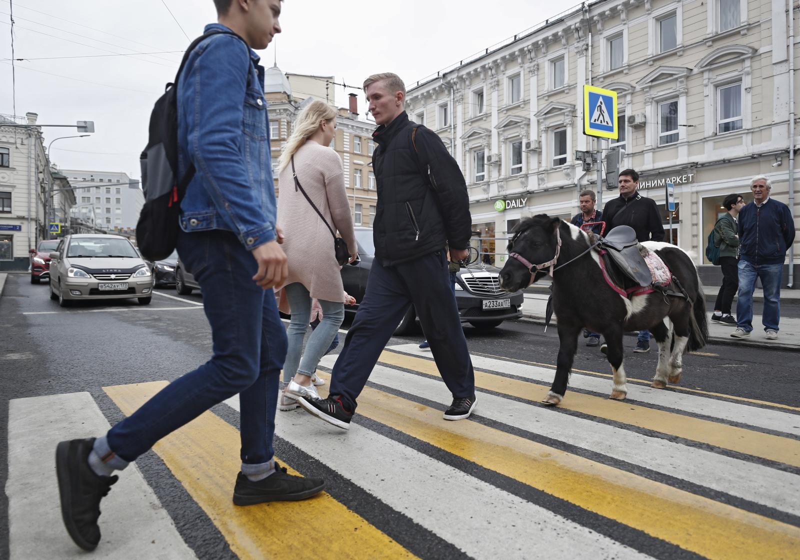 Codzienność w Moskwie Fot. PAP/EPA/SERGEI ILNITSKY