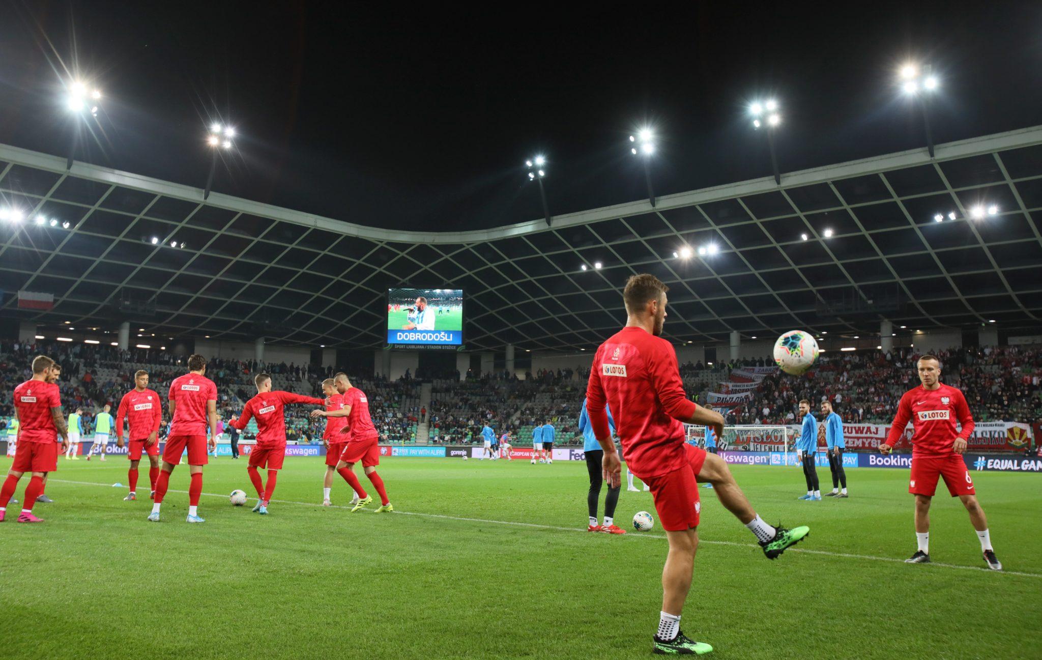 Zawodnicy reprezentacji Polski podczas rozgrzewki na stadionie