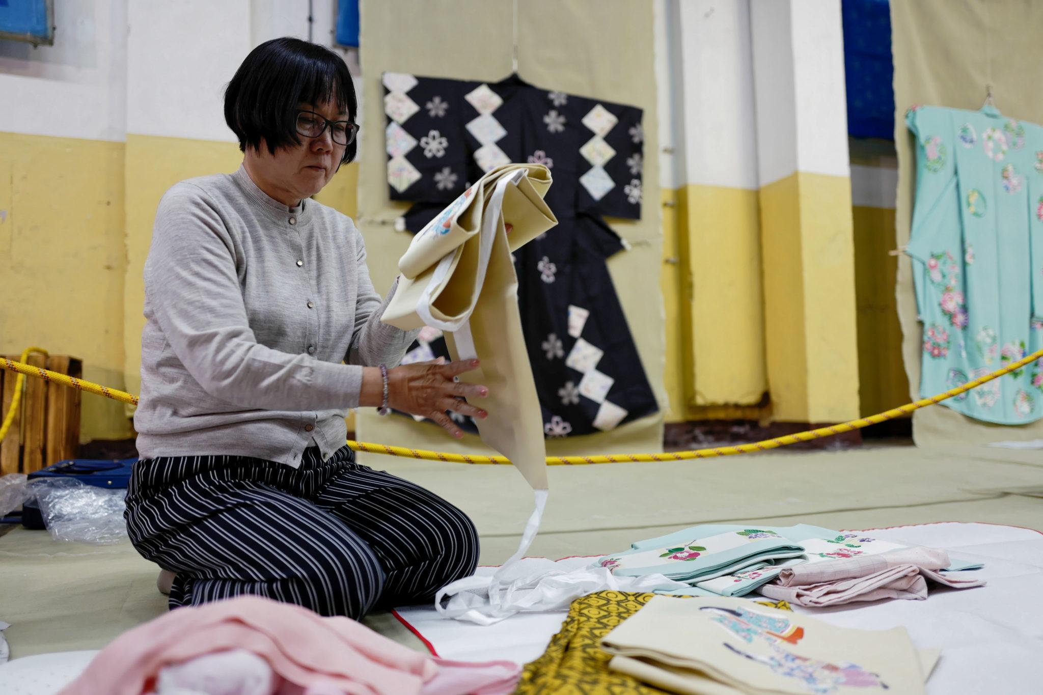 Polska: Wystawa kimon profesora Kunio Arimy w żyrardowie,, połączona z warsztatami ręcznego malowania tkanin bawełnianych. fot.  PAP/Mateusz Marek