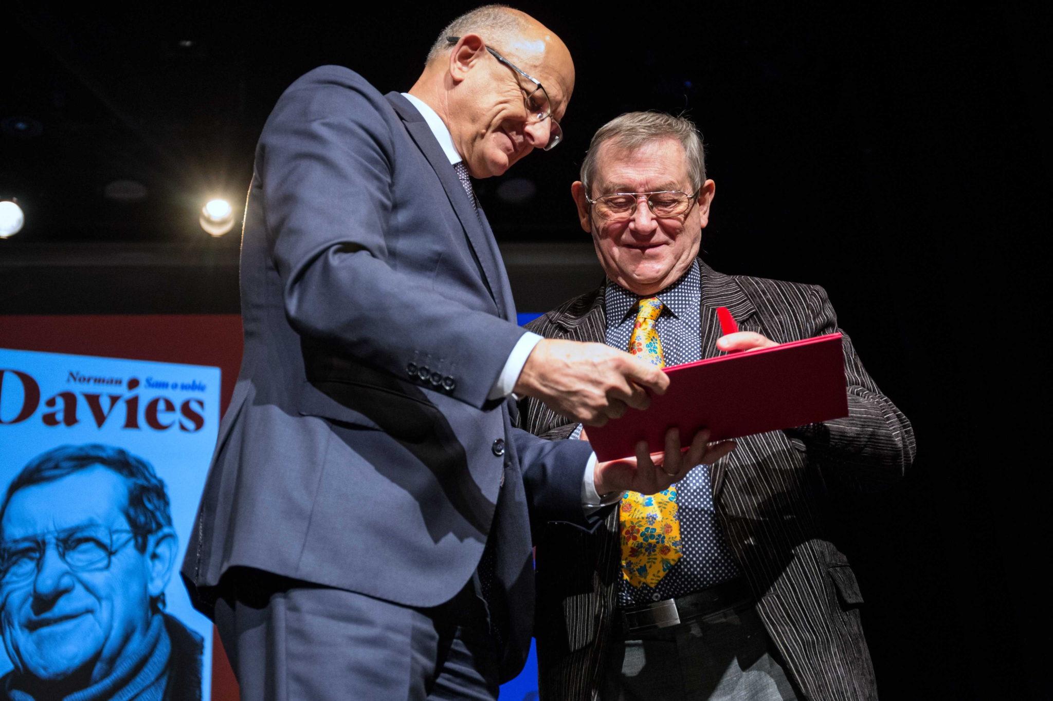 Polska: Znany historyk Norman Davies odebrał dziś medal