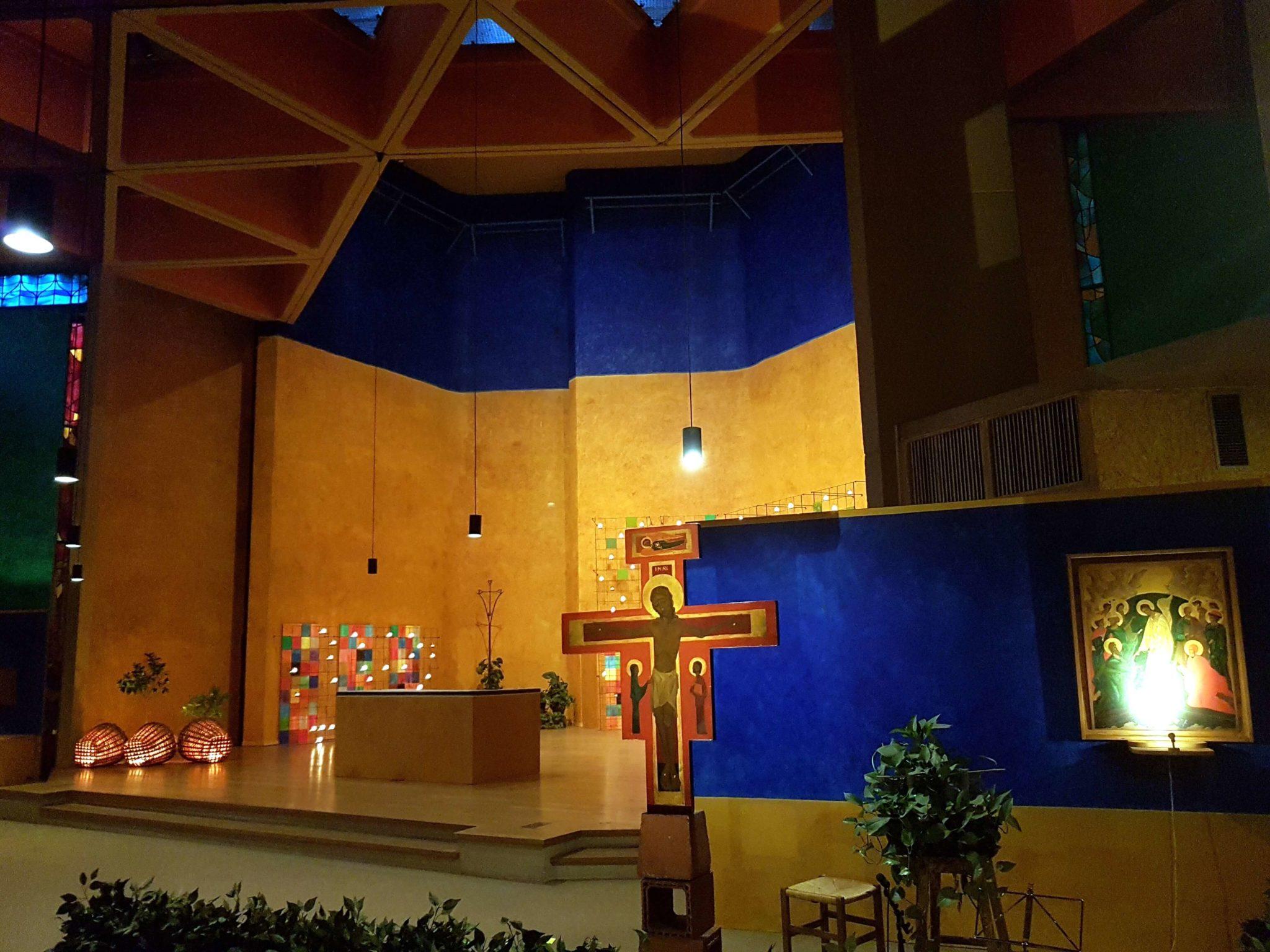 Główny ołtarz w kościele - na czas modlitw ozdobiony świecącymi lampionami i światełkami