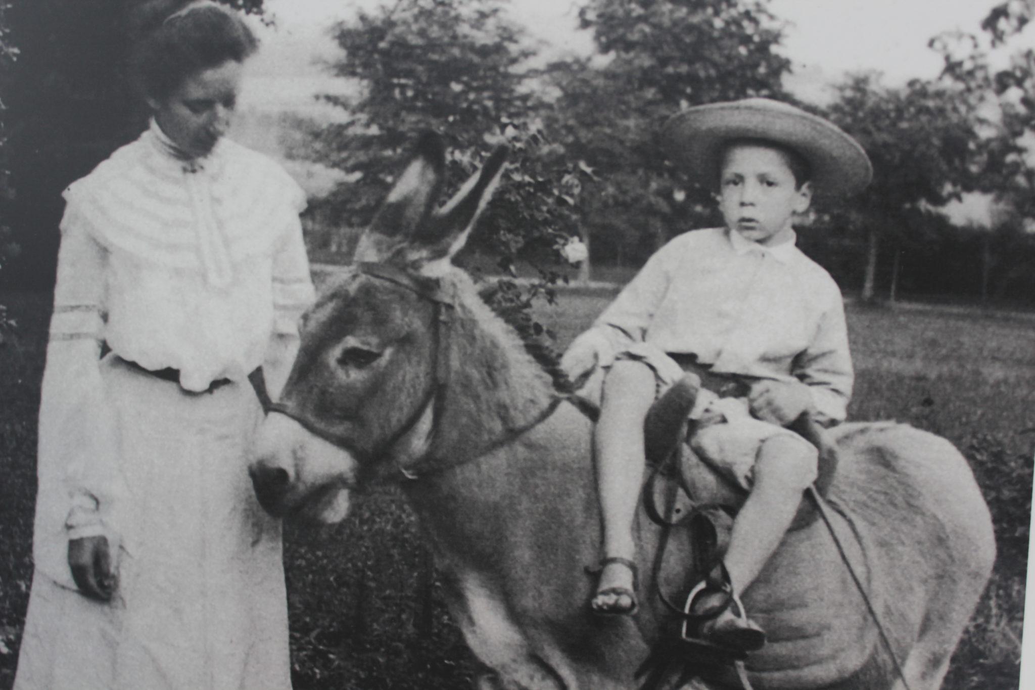 Dla całej rodziny ważną uroczystości były złote gody państwa Czartoryskich. Odbyły się one w przededniu wojny, 26 sierpnia 1939 roku. Dzieci ufundowały rodzicom figurę Matki Bożej, która została ustawiona w ogrodzie pałacowym, gdzie przetrwała do dzisiaj.