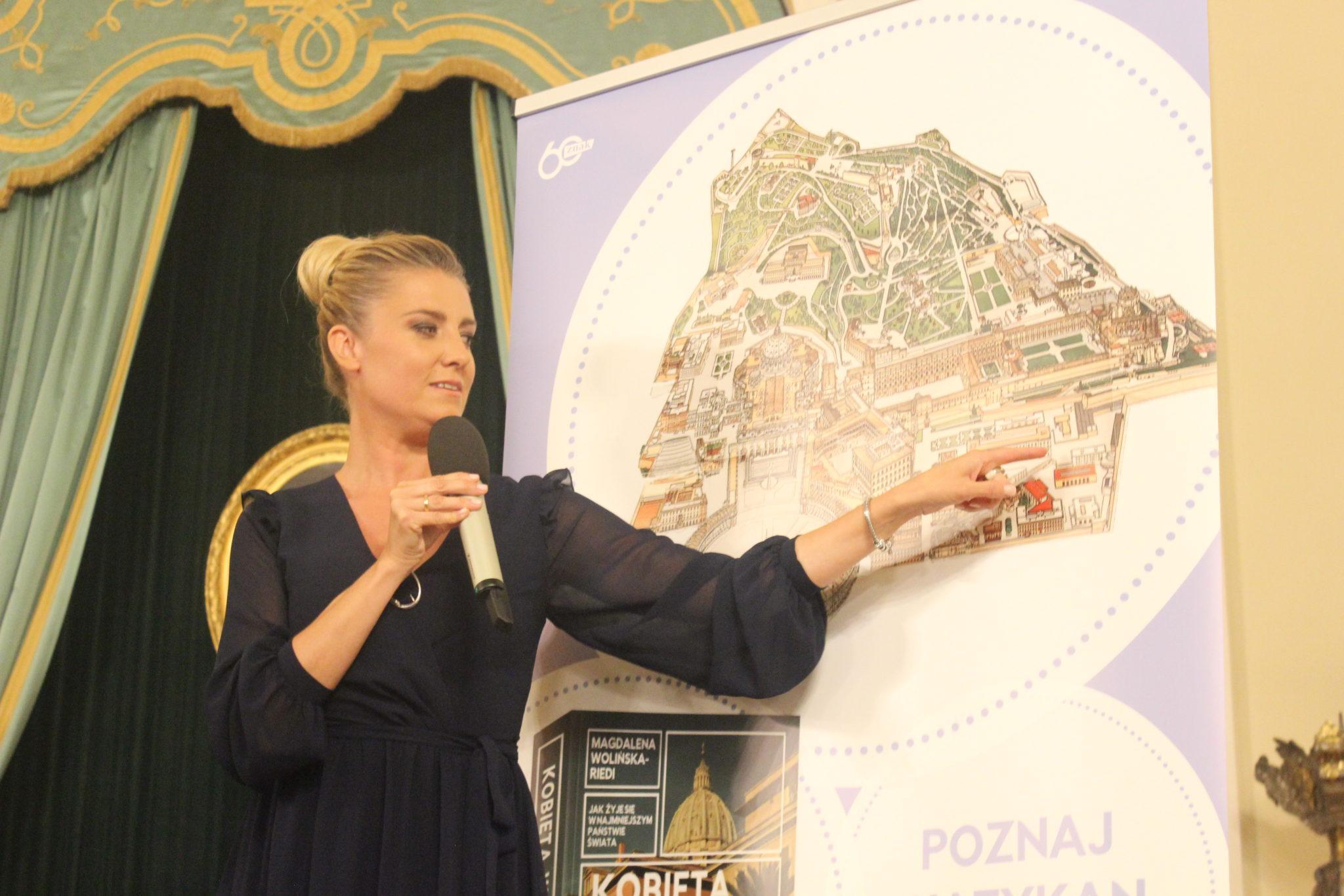 """Magdalena Wolińska-Riedi podczas premiery książki """"Kobieta w Watykanie"""" w Zamku Królewskim w Warszawie, fot. misyjne.pl"""