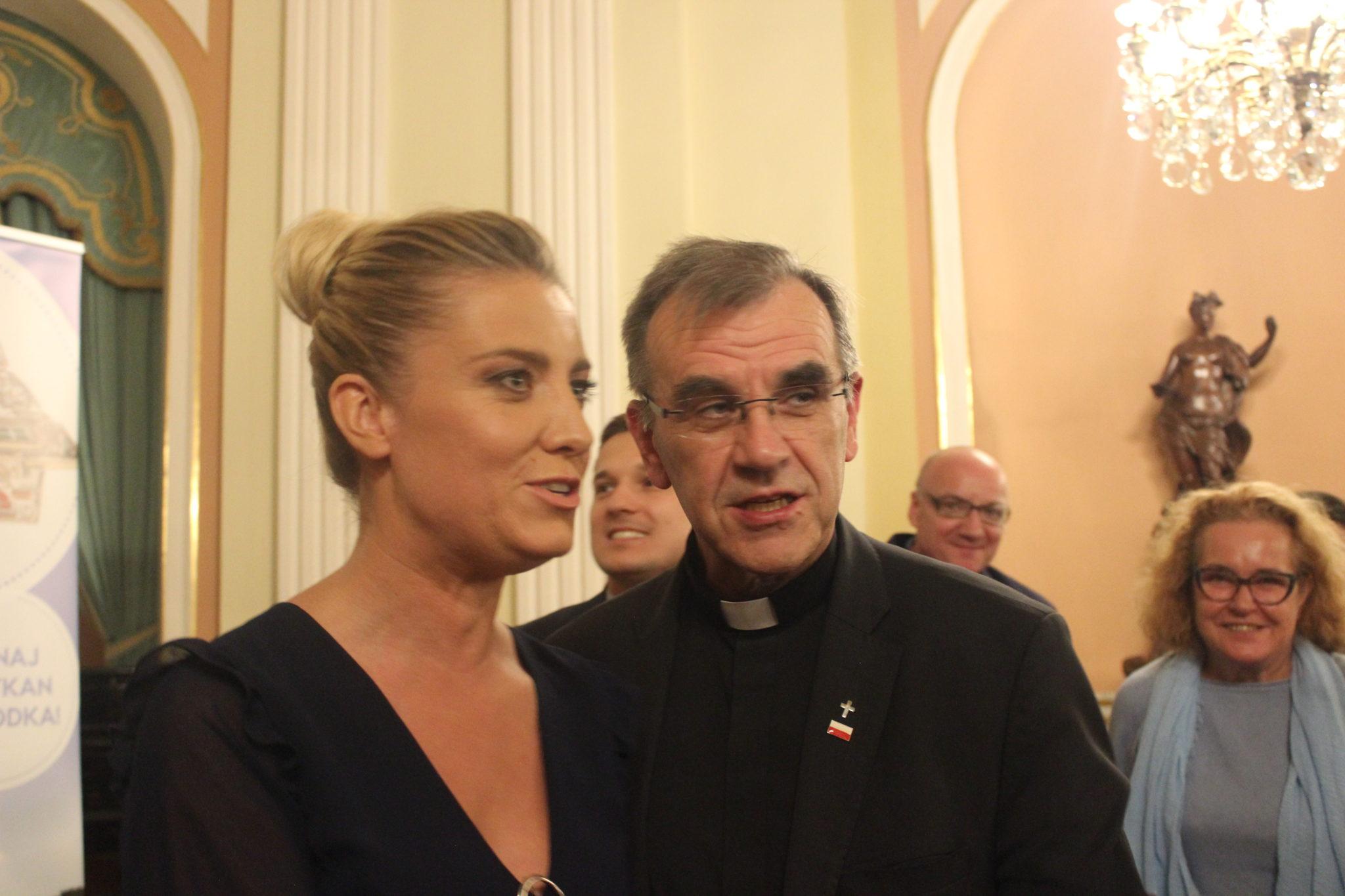 Zdjęcie: Magdalena Wolińska-Riedi i kapelan prezydenta Andrzeja Dudy ks. Zbigniew Kras, fot. misyjne.pl