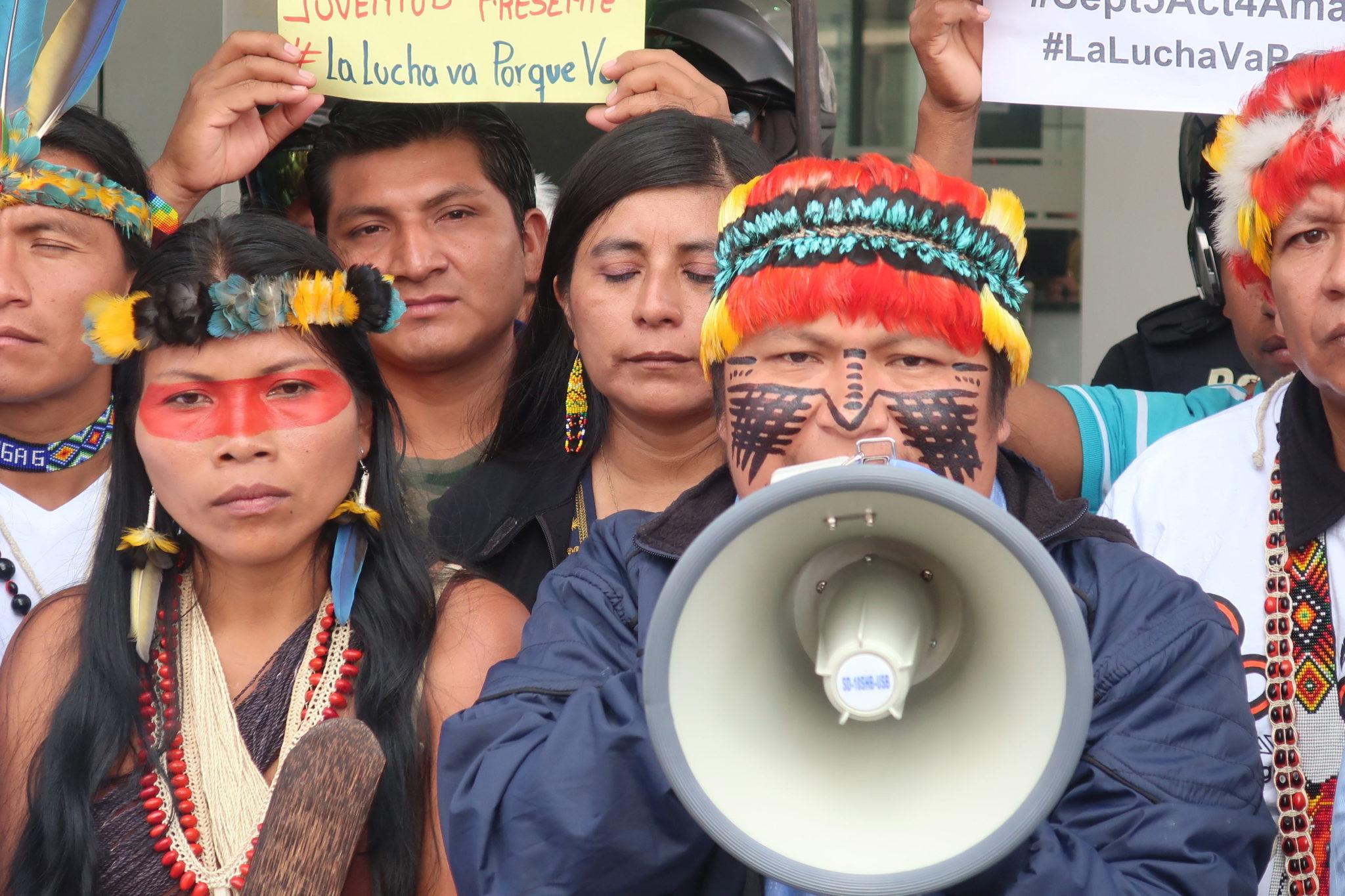 Protest mieszkańców Ekwadoru przeciwko zanieczyszczaniu amazońskiej dżungli. Przedstawieni Ekwadorczycy wywodzą  się od rdzennych Indian zamieszkujących dawniej tereny Amazonii.   EPA/Kevin Vélez  Dostawca: PAP/EPA.