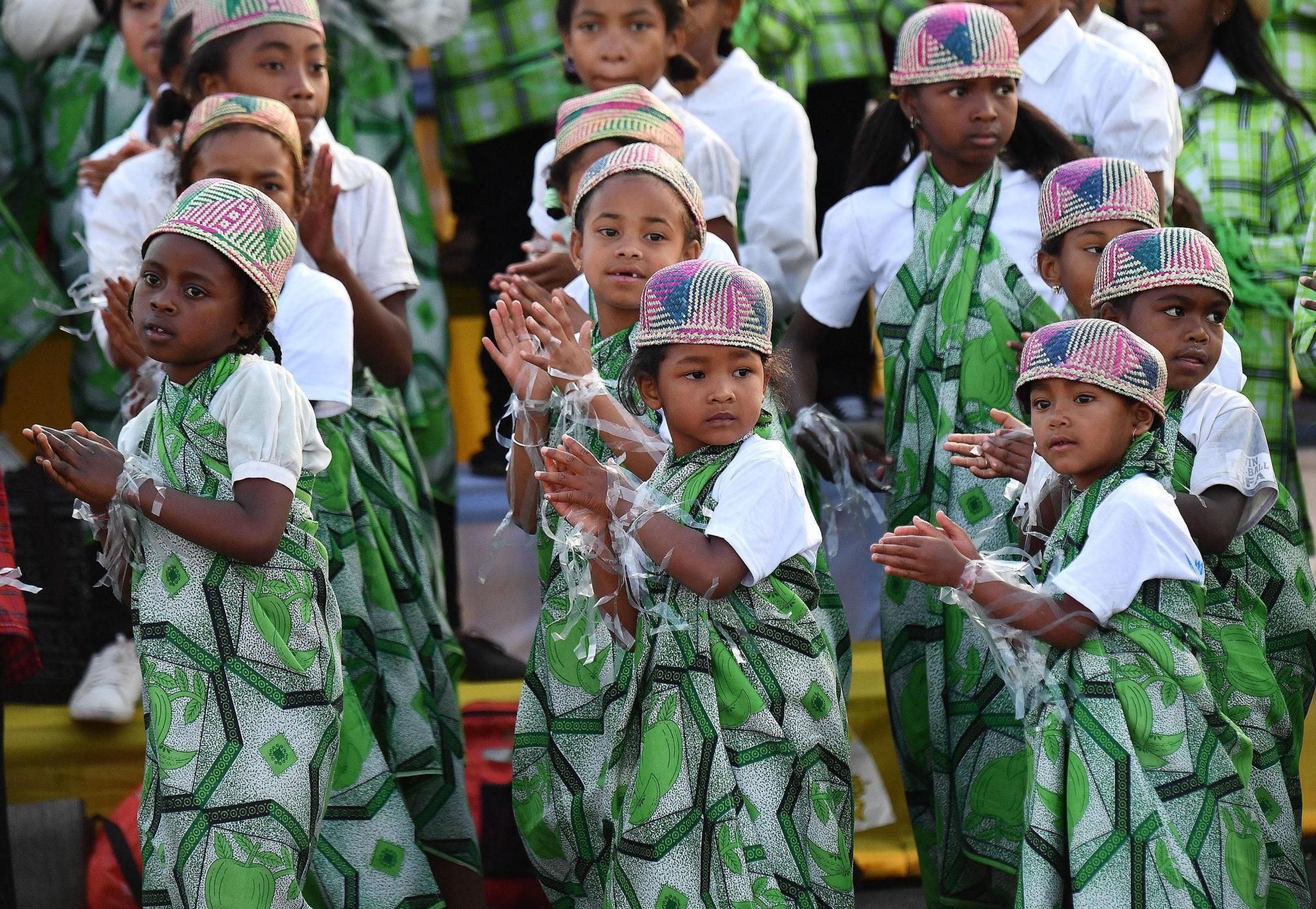 Malgaskie dzieci w radosnym oczekiwaniu na przylot Papieża Franciszka do stolicy kraju Antananarivo. Fot. EPA/LUCA ZENNARO