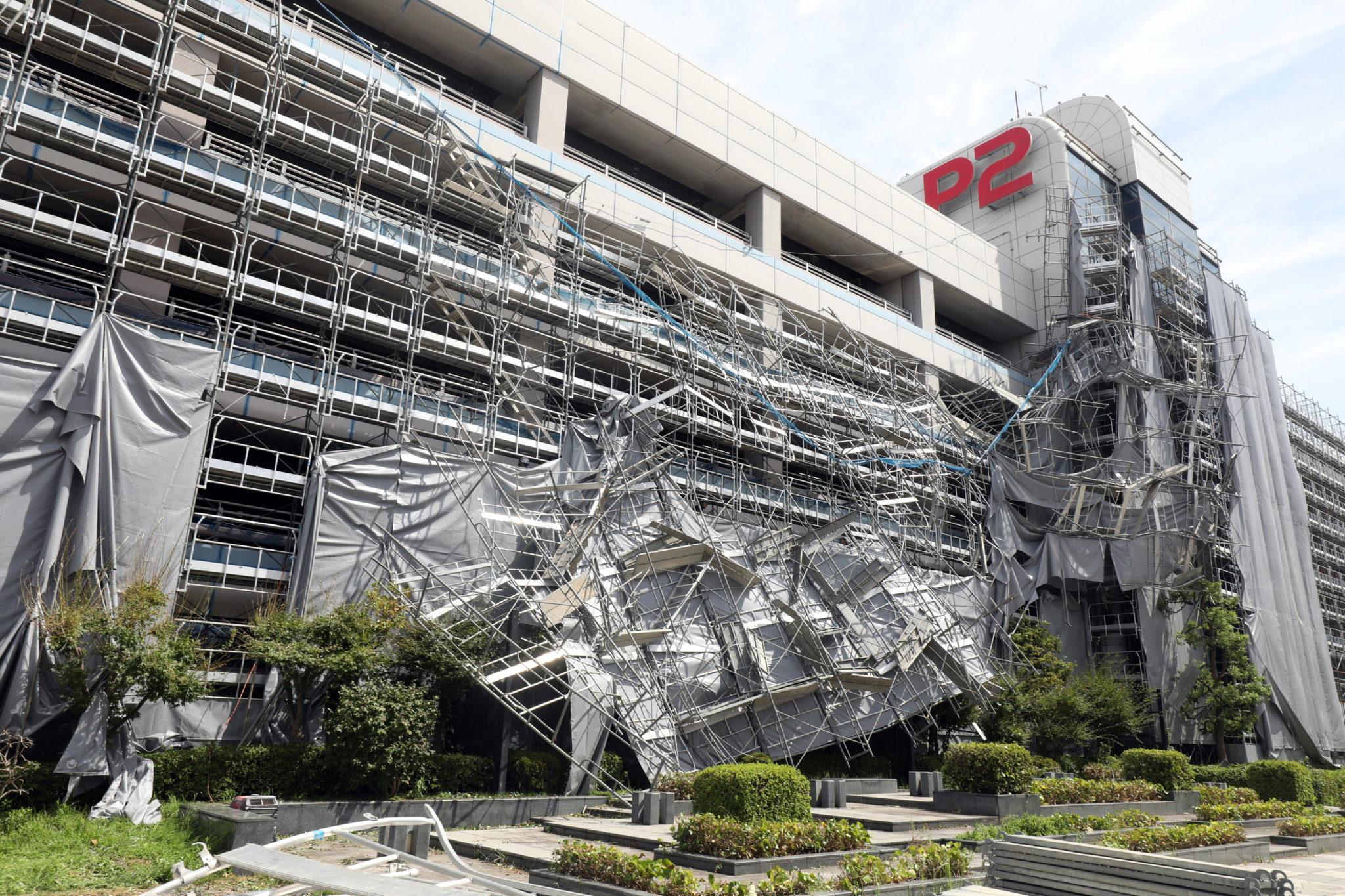 Japonia: tajfun Faxai powoduje zniszczenia i paraliżuje ruch lotniczy i kolejowy, fot. PAP/EPA