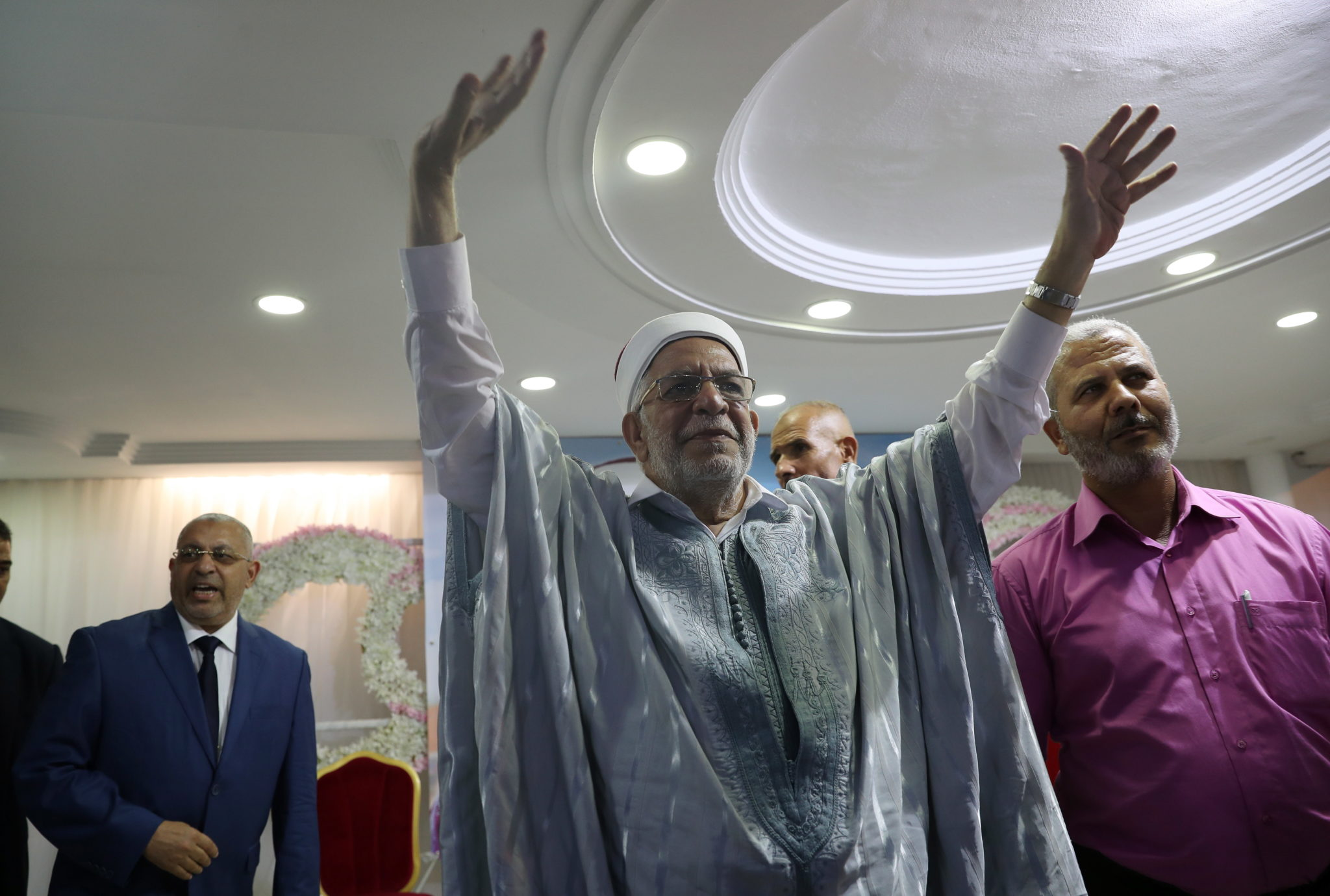 Abdelfattah Mourou, wiceszef partii islamistycznej Ennahda i kandydat na prezydenta przemawia podczas kampanii prezydenckiej w Tunezji, fot. MOHAMED MESSARA, PAP/EPA