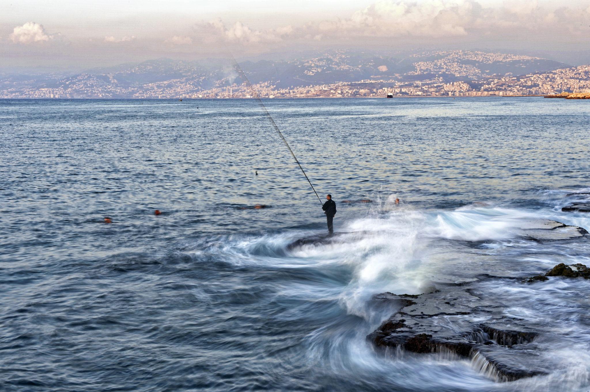Bejrut, Liban: mężczyzna łowi ryby, fot. WAEL HAMZEH , PAp/EPA