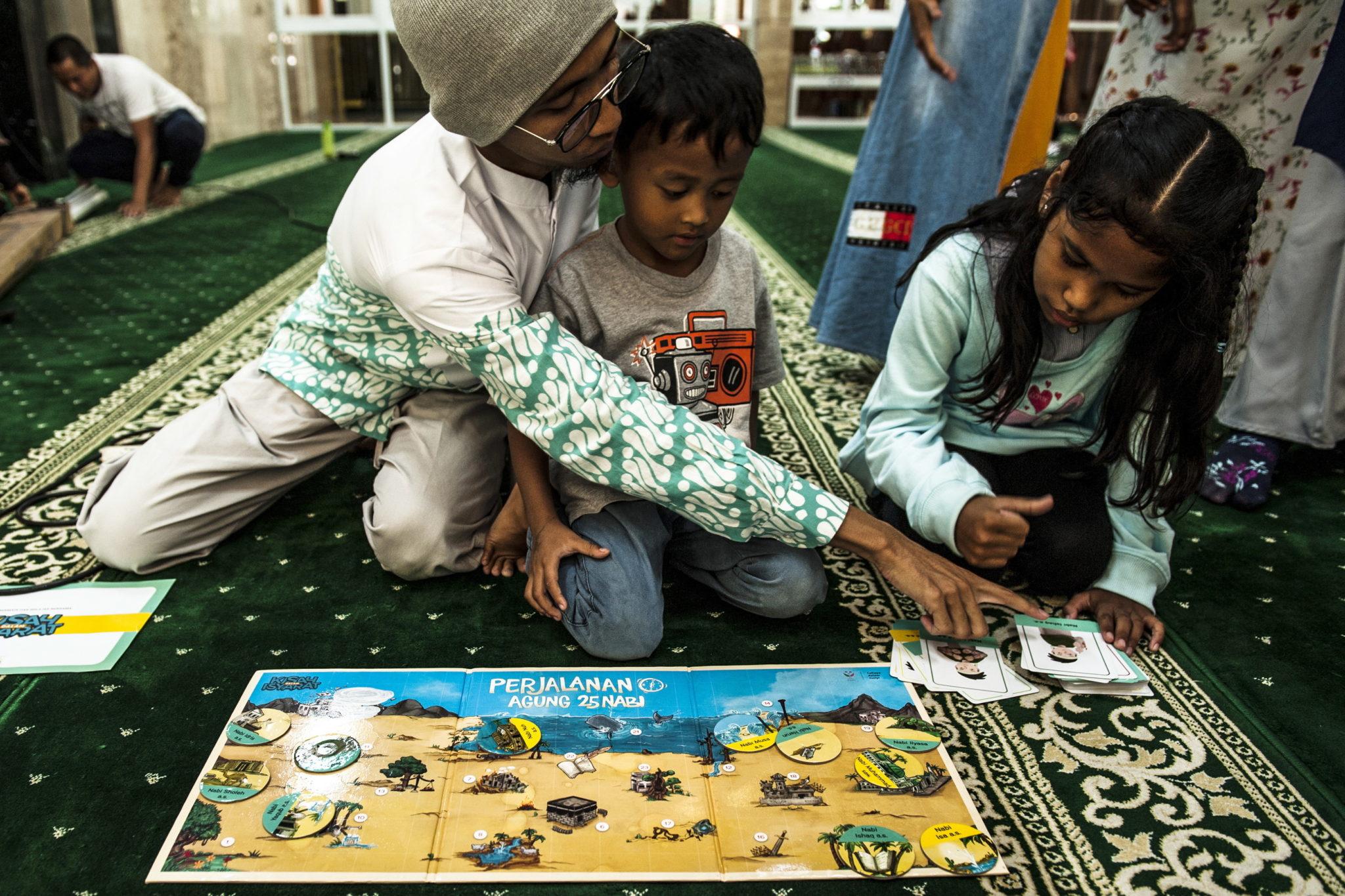 Indonezja: głuchonieme dzieci poznają Koran za pomocą specjalnie przygotowanej dla nich gry. fot. EPA/IQBAL KUSUMADIREZZA