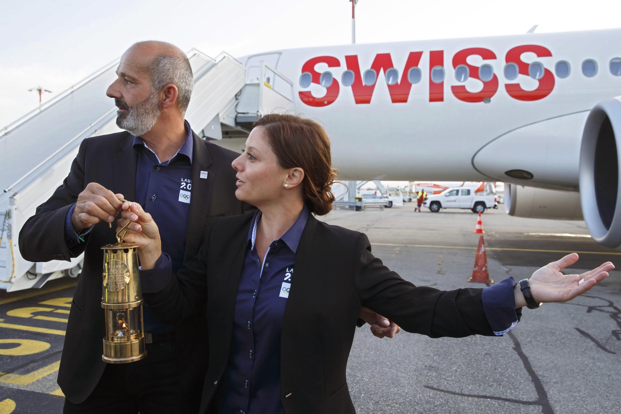 Szwajcaria: ogień olimpijski na lotnisku w Lozannie rozpoczyna podróż. fot. EPA/SALVATORE DI NOLFI