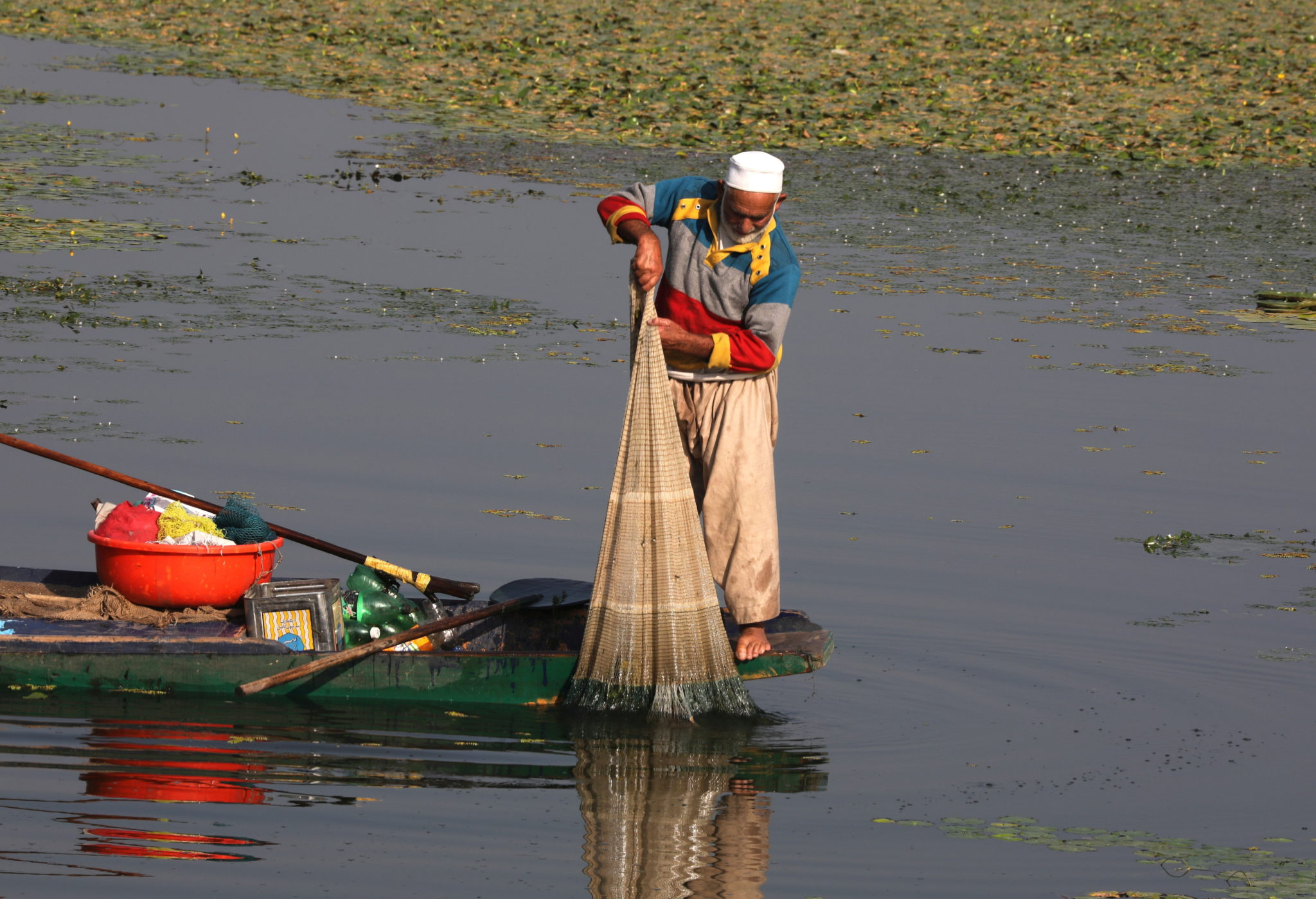 Indie: mężczyzna podczas tradycyjnego połowu ryb w regionie Kaszmiru. fot. EPA/FAROOQ KHAN