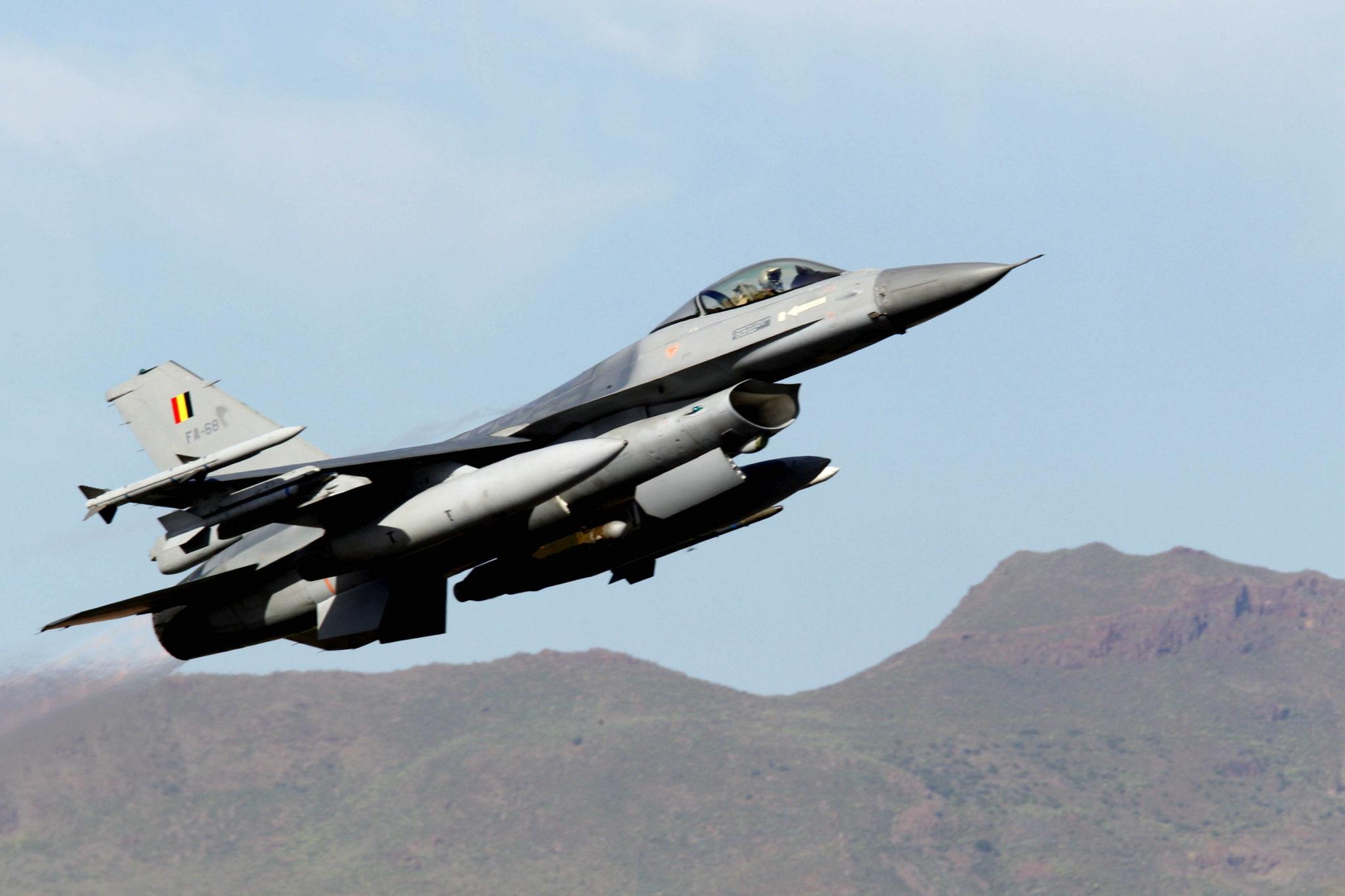 Francja: Belgijski F-16 rozbił się dziś we francji. Pilotom udało się szczęśliwie katapultować. fot. EPA/ELVIRA URQUIJO