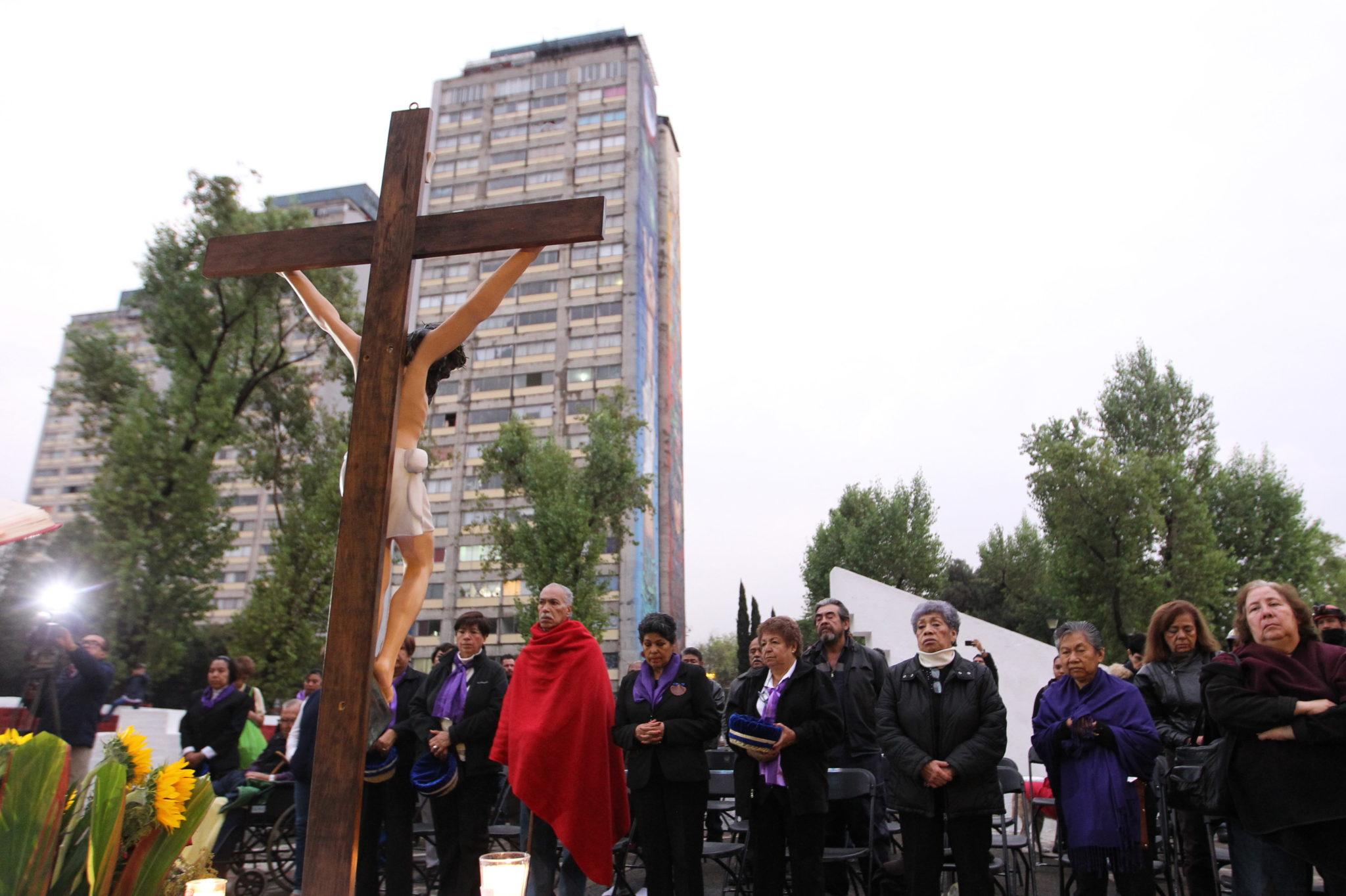 mEKSYK: Upamiętnienie ofiar podczas rocznicy trzęsienia ziemi z 1985 roku, które pochłonęło tysiące istnień. EPA/Mario Guzman