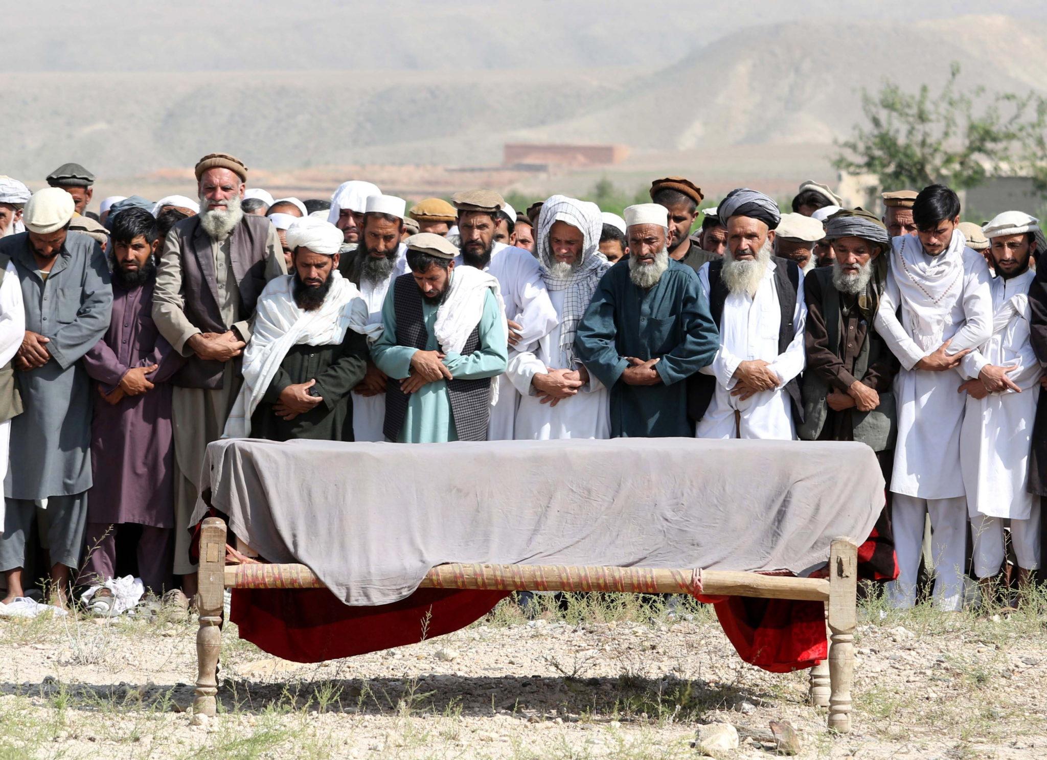 Afganistan: Pogrzeb ofiar ataku sterowanego przez amerykańskie drony. fot. EPA/GHULAMULLAH HABIBI