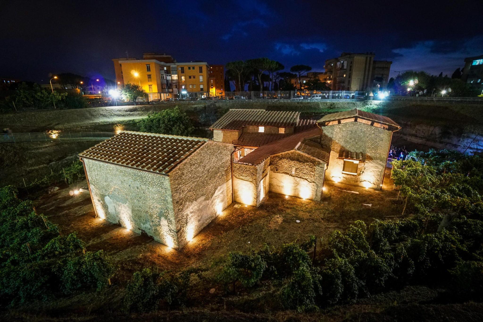 Włochy: zachwycająca iluminacja odrestaurowanej wioski w starożytnych Pompejach. fot. EPA/CESARE ABBATE