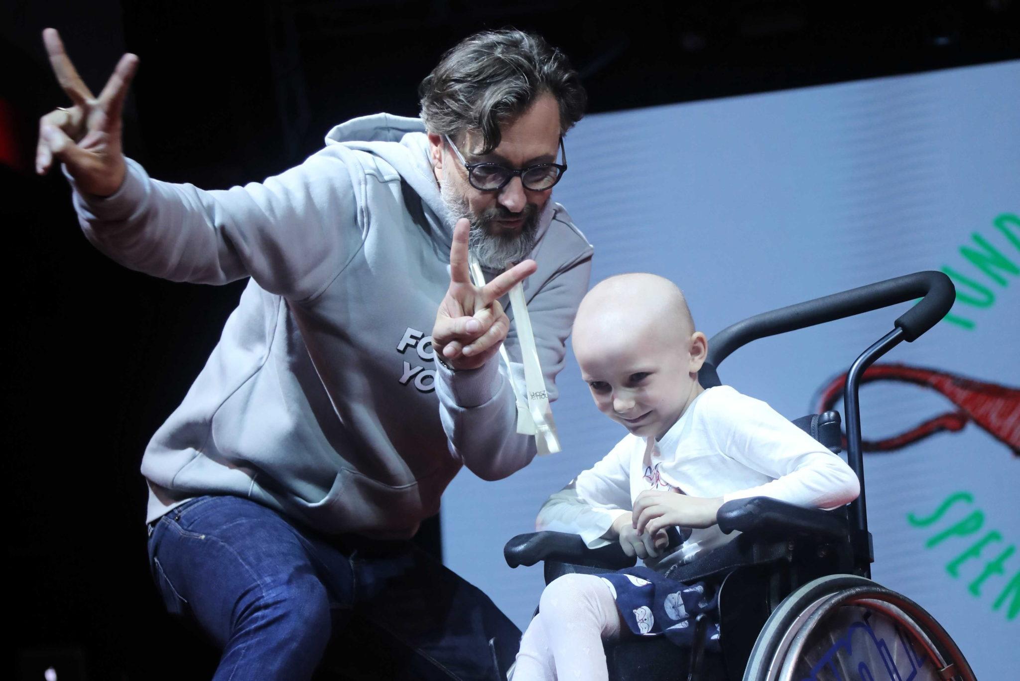 Mali pacjenci warszawskich ośrodków onkologicznych w towarzystwie znanych i lubianych gwiazd sceny, kina, telewizji i muzyki, zaprezentowali na wybiegu najnowsze kolekcje firmy odzieżowej, fot. Wojciech Olkuśnik, PAP