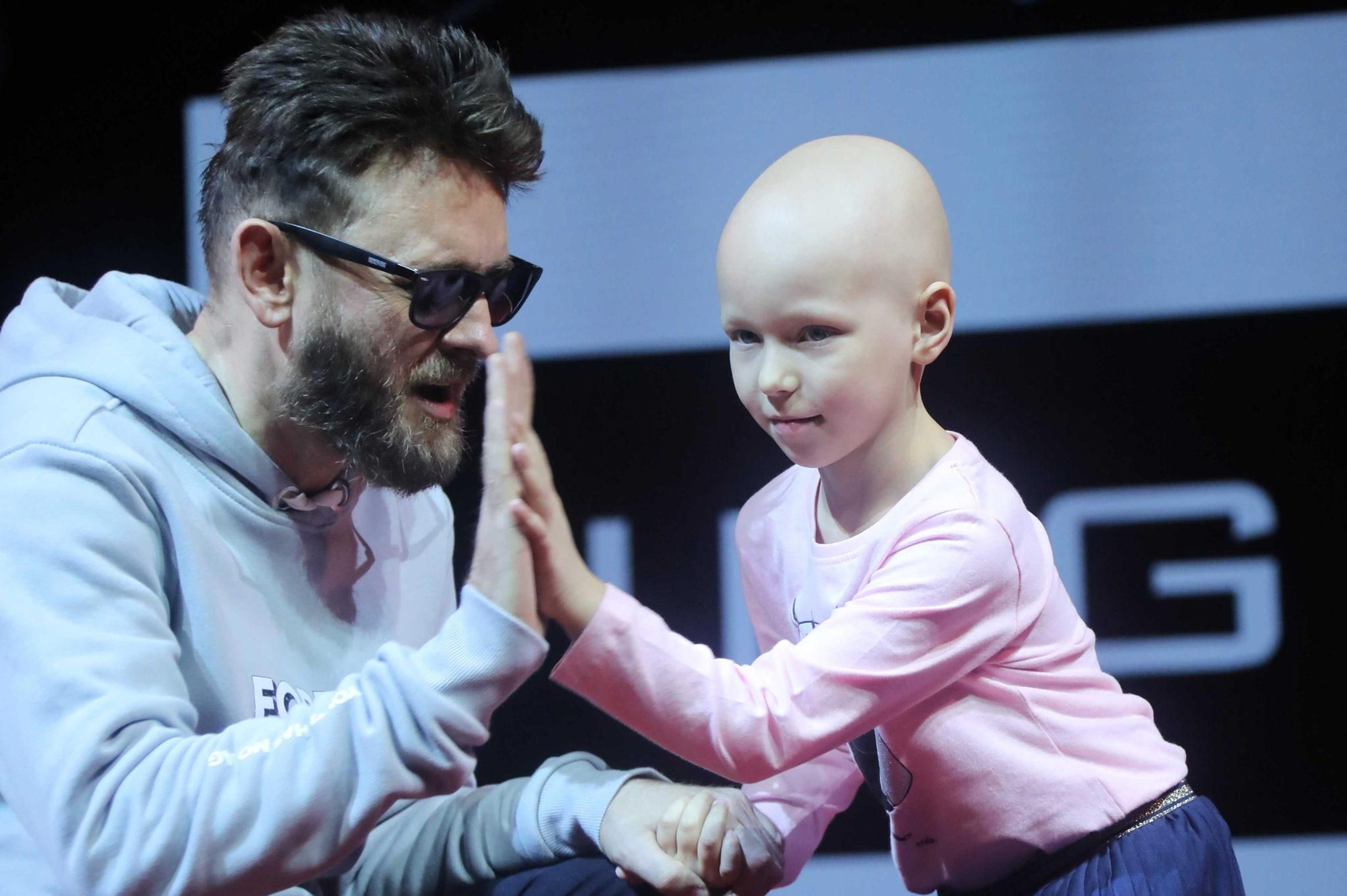 Piosenkarz Paweł Stasiak podczas charytatywnego pokazu mody