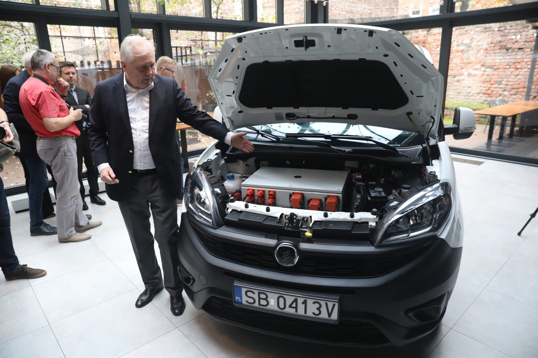 Warszawa: prezentacji pierwszego polskiego auta dostawczego z napędem elektrycznym dokonał prezes FSO. Fot. PAP/Tomasz Gzell