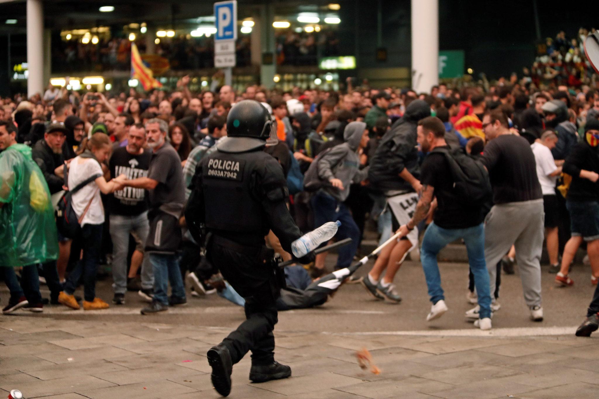 Hiszpańska policja użyła pałek, aby rozpędzić demonstrację w obronie katalońskich liderów. Manifestanci zablokowali wejście na lotnisko w Barcelonie, fot.JAUME SELLART , PAP/EPA