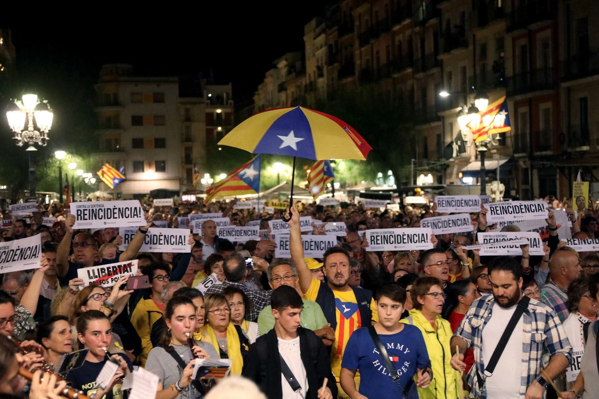 Sąd Najwyższy Hiszpanii skazał wcześniej dziewięcioro katalońskich separatystów na kary więzienia, fot. JAUME SELLART , PAP/EPA