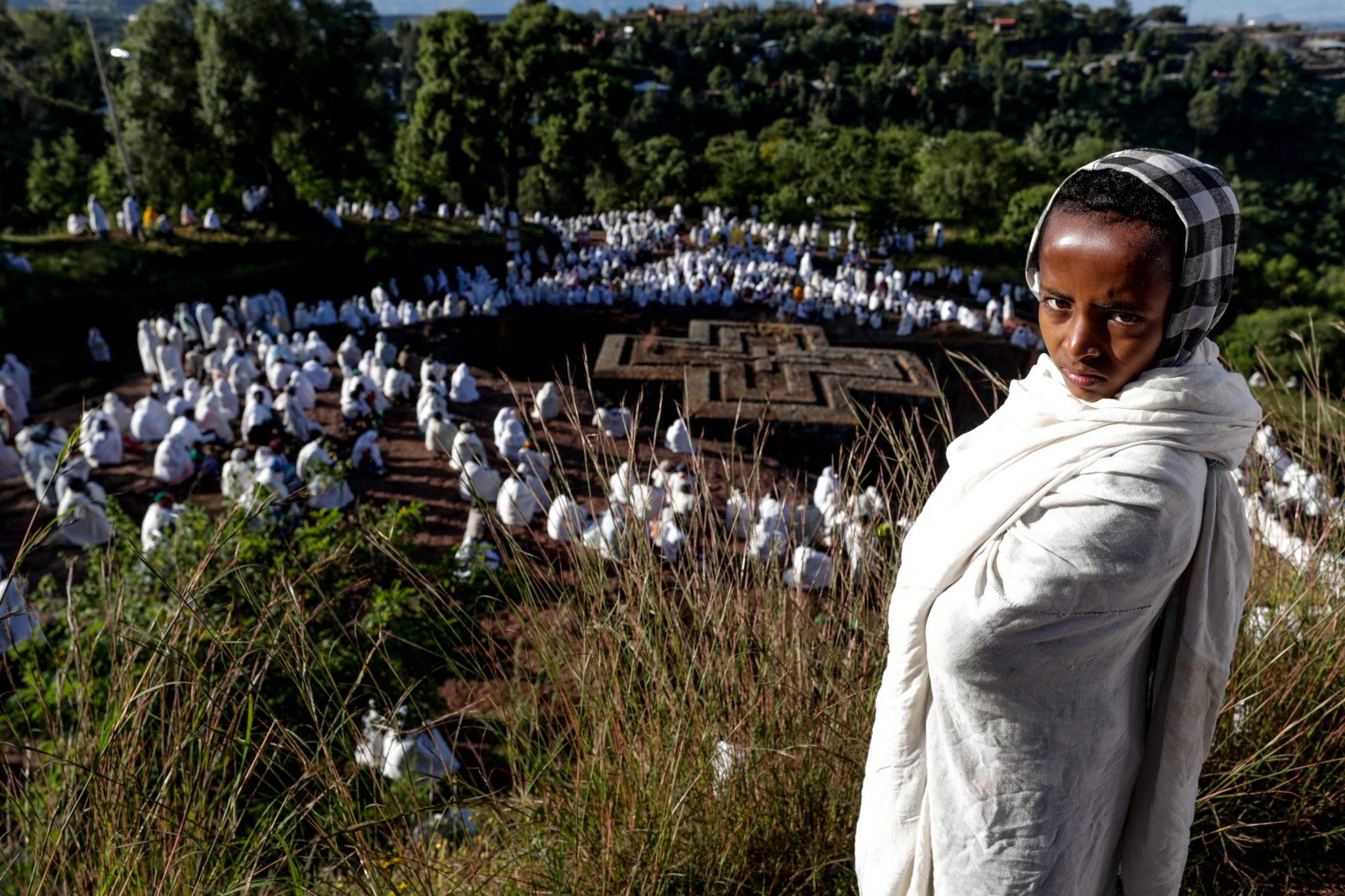 Młoda pielgrzymka z Etiopii w pobliżu kościoła Świętego Jerzego podczas festiwalu Świętego Jerzego w Lalibela. Miejsce to jest zarejestrowane przez UNESCO jako dziedzictwo kulturowe ludzkości (od 1978r), fot. STEPHANIE LECOCQ, PAP/EPA.