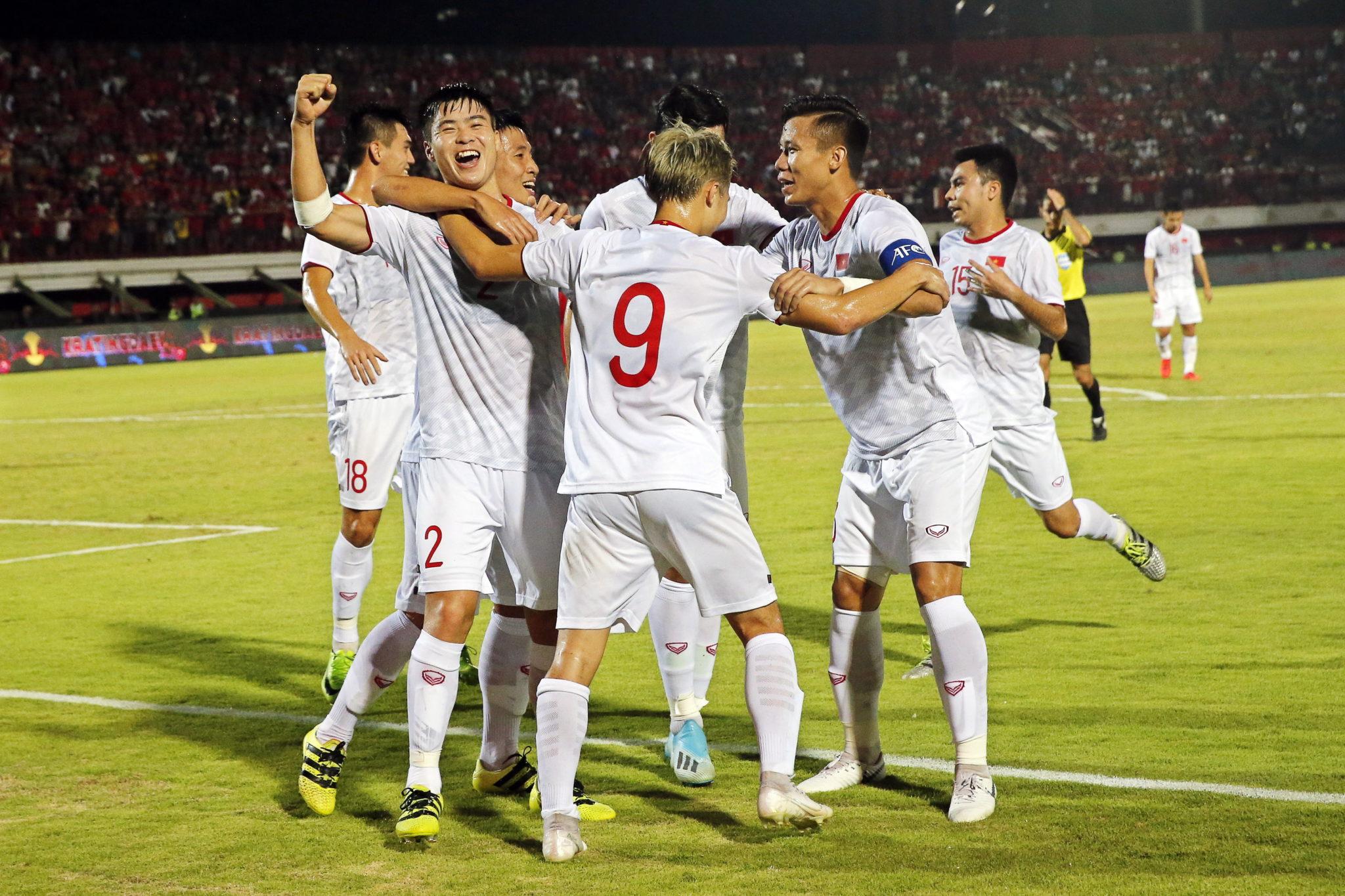 Bali, Indonezja: drużyna z Wietnamu podczas meczu w piłce nożnej grupy G kwalifikacji do Mistrzostw Świata 2022 pomiędzy Indonezją a Wietnamem, fot. MADE NAGI, PAP/EPA