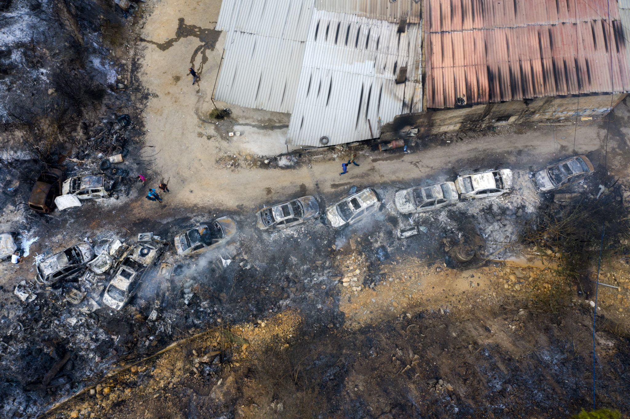 Liban: widok z lotu ptaka, rzędy spalonych samochodów w rejonie Al Damour w południowym Bejrucie, fot. WAEL HAMZEH, PAP/EPA
