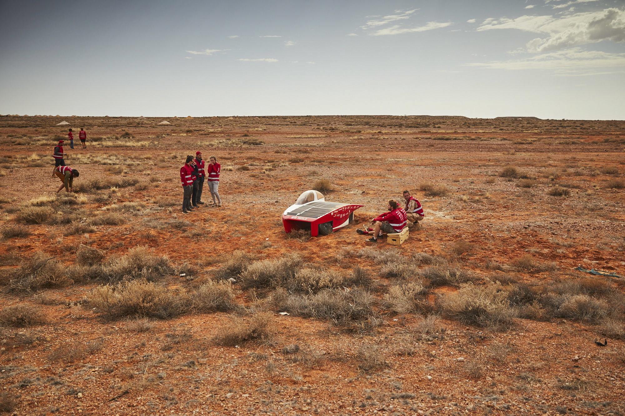 Australia: zawody pojazdów napędzanych energią słoneczną. fot.  EPA/JEROME WASSENAAR