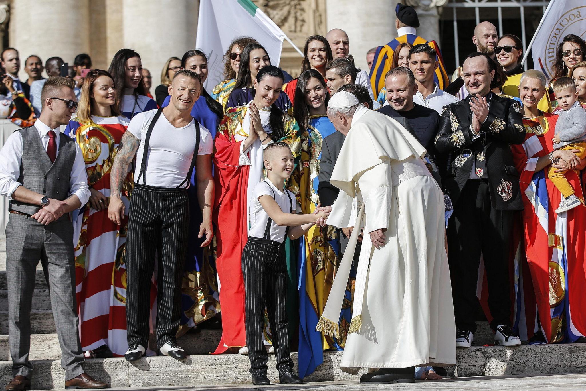 Podczas środowej audiencji  papież franciszek spotkał się ze słynną włoską grupą cyrkowców. fot. EPA/Fabio Frustaci