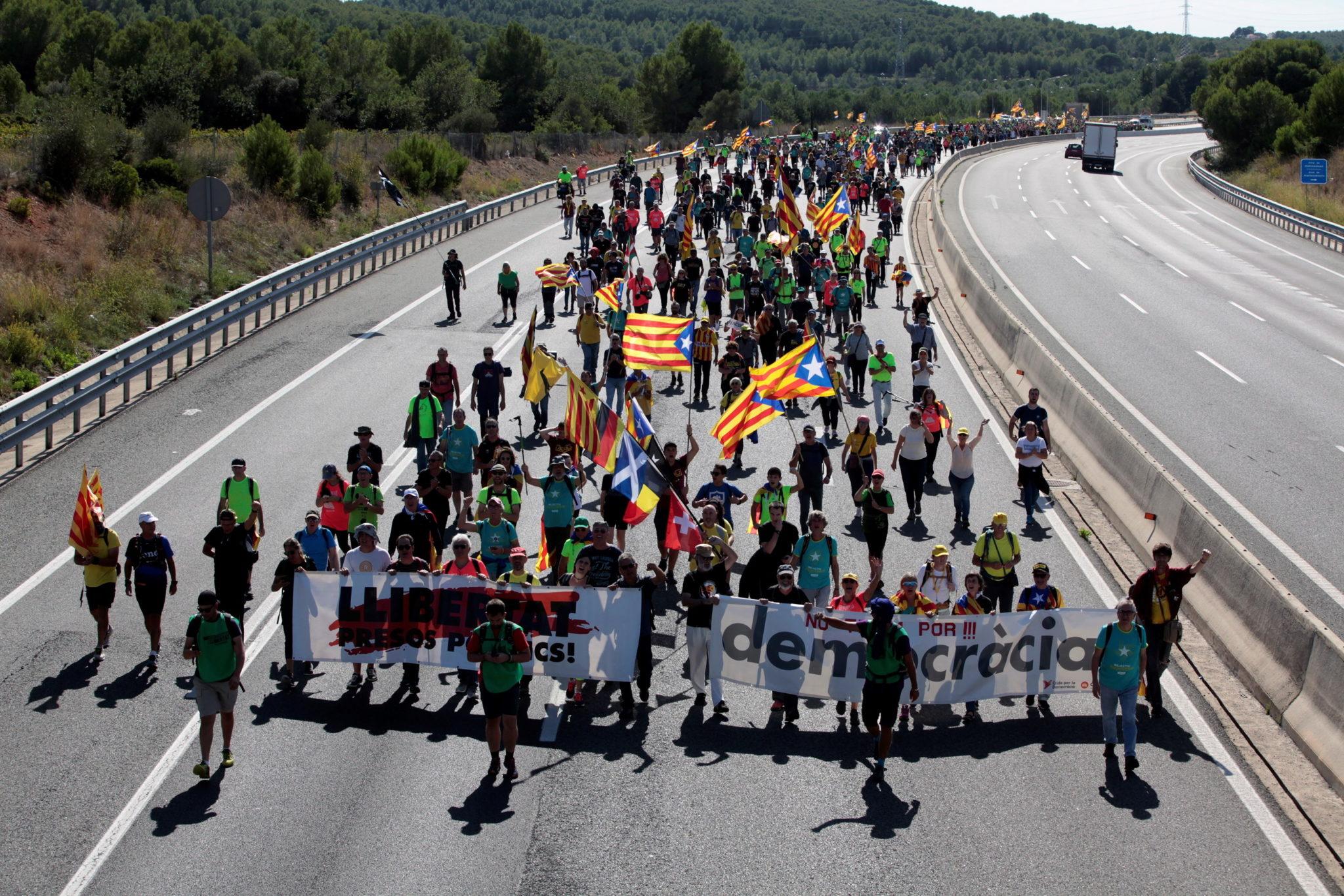 Protesty w Katalonii przybierają na sile. fot. EPA/Jaume Sellart