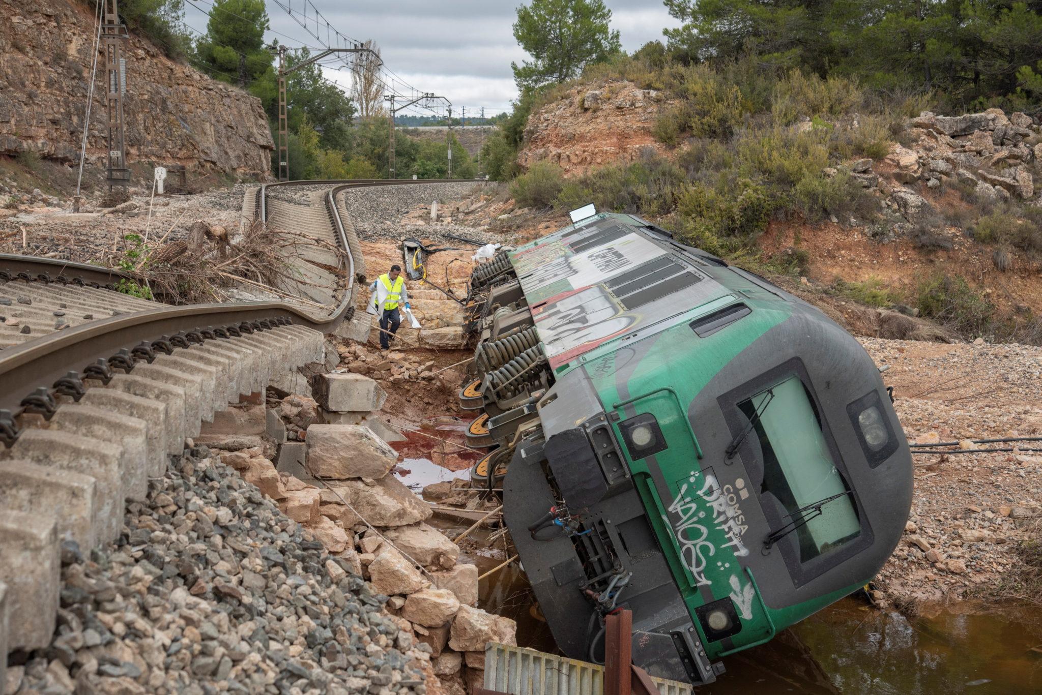 Z powodu ulewnych deszczów w Hiszpanii doszło do wykolejenia się pociągu towarowego. fot. EPA/ADRIAN ROPERO