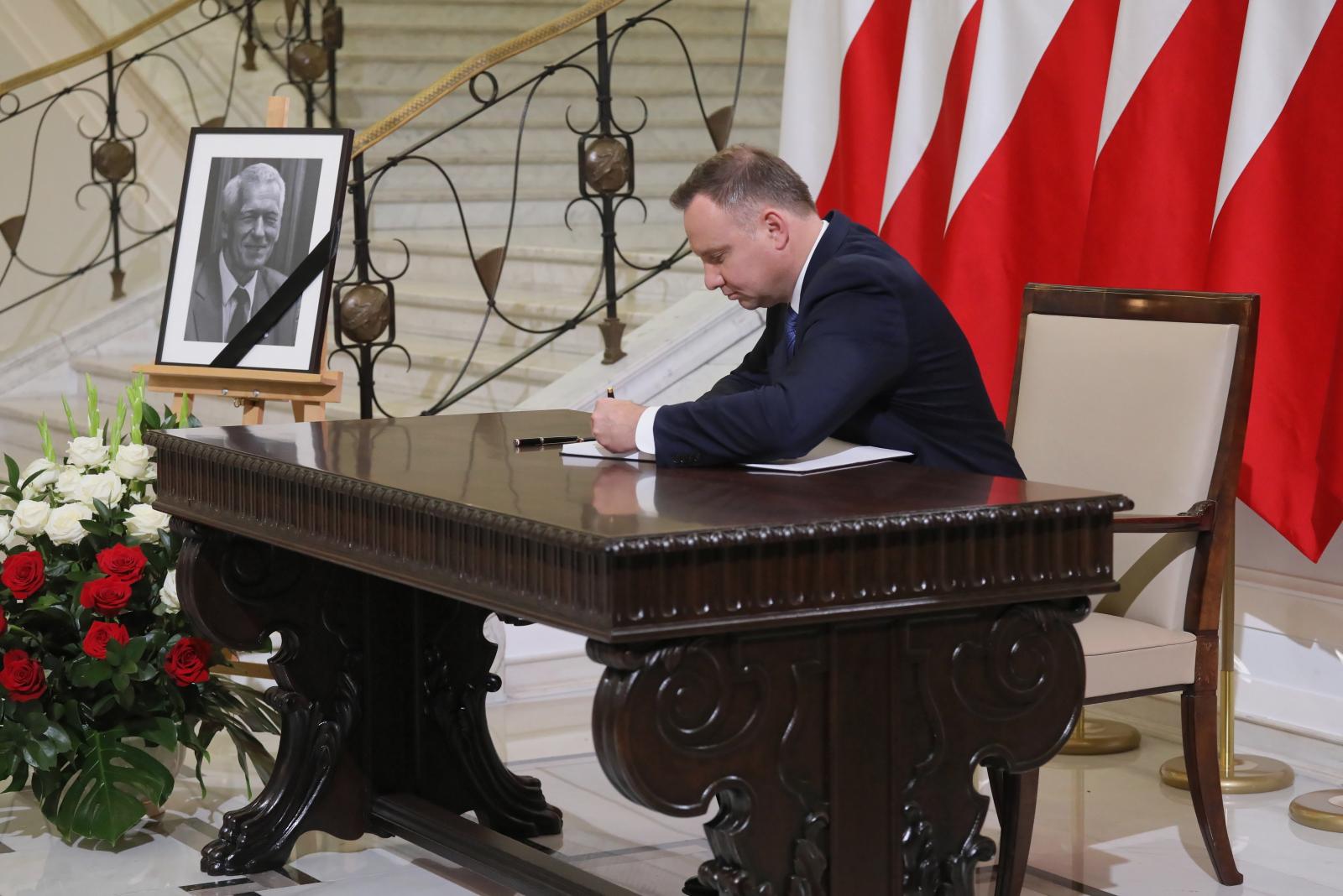 Prezydent Andrzej Duda wpisał się do księgi kondolencyjnej wyłożonej w Sejmie po śmierci Kornela Morawieckiego. fot. PAP/Paweł Supernak