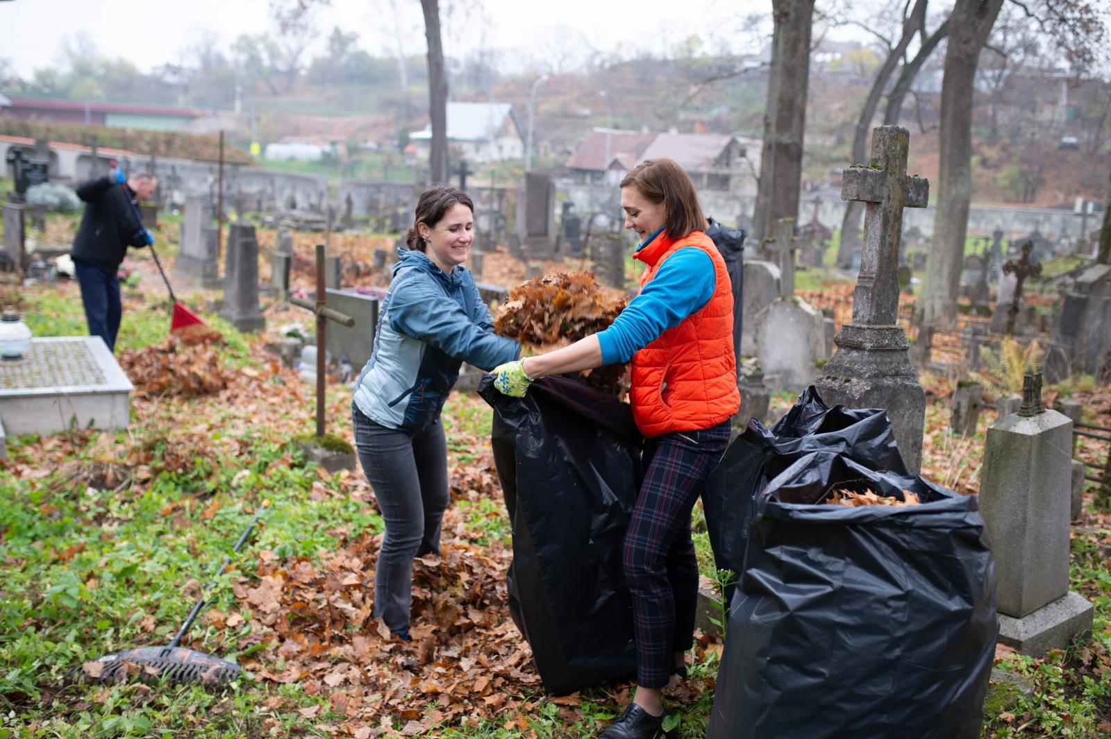 Młodzież w Wilnie sprząta polskie groby PAP/Valdemar Doveiko