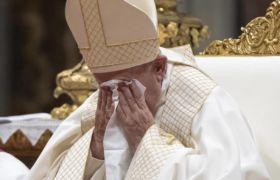 Wzruszony papież Franciszek fot. EPA/CLAUDIO PERI