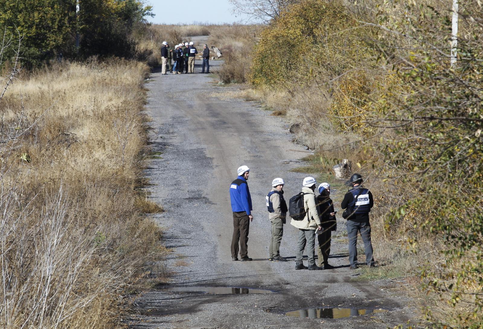 Obserwujące dzieci na Ukrainie.  EPA/DAVE MUSTAINE