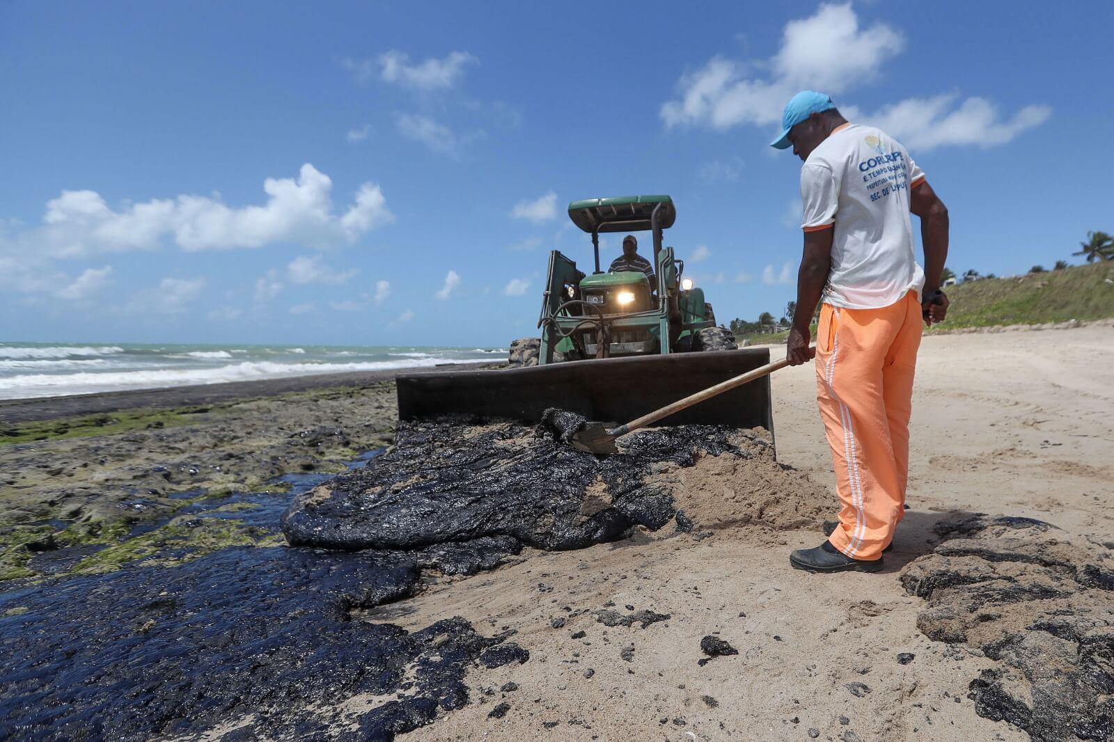 Zanieczyszczenie ropą w Brazylii fot. EPA/Carlos Ezequiel Vannoni