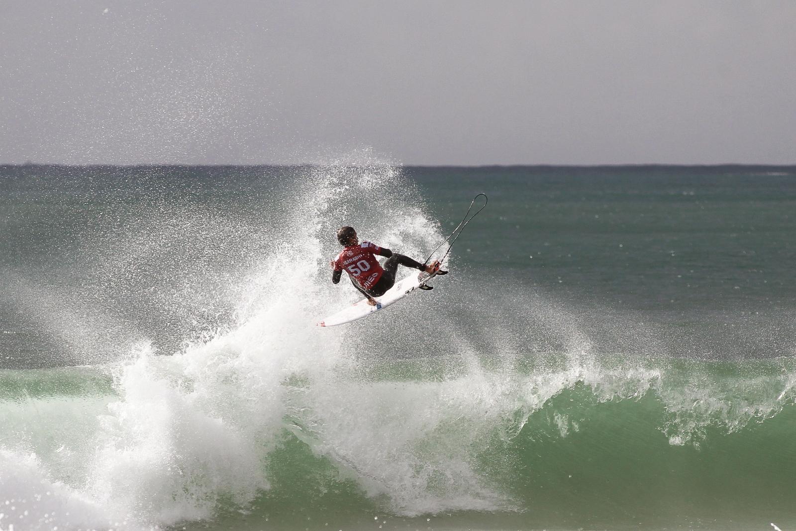 Surfer podczas zawodów fot. EPA/CARLOS BARROSO