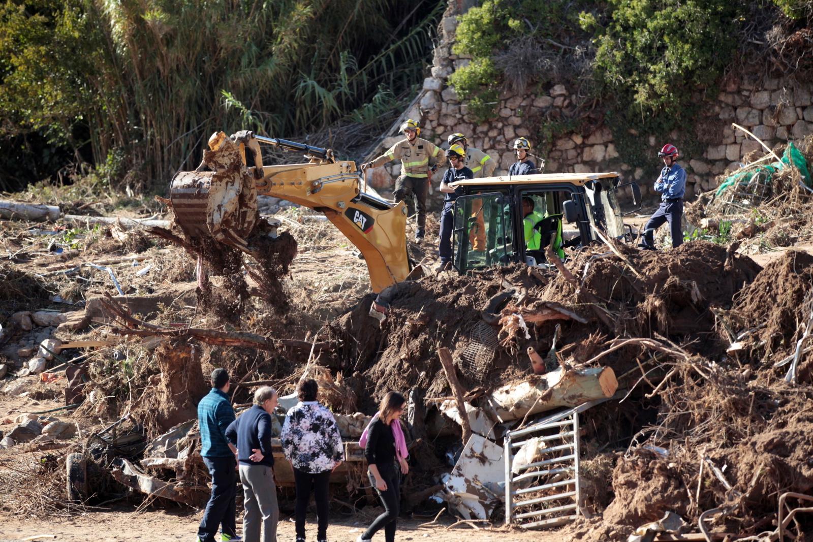 Poszukiwania ludzi po katastrofie fot. EPA/JAUME SELLART
