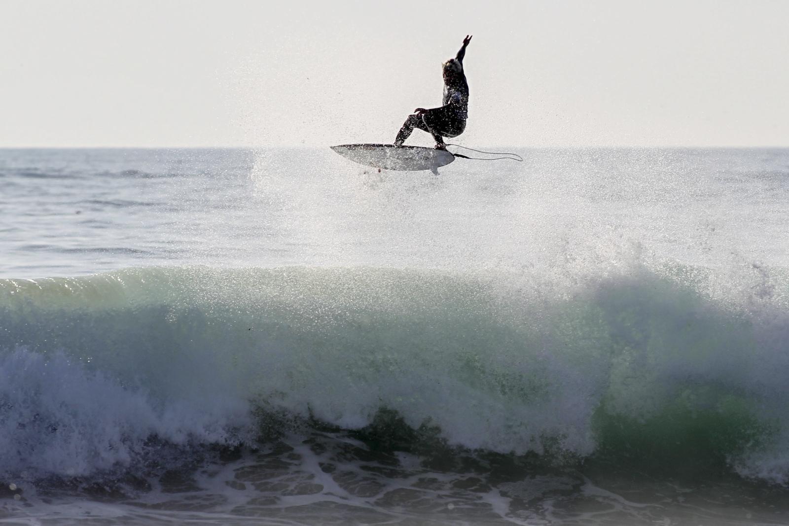 Zawody surfingowe w Portugalii Fot. PAP/EPA/CARLOS BARROSO
