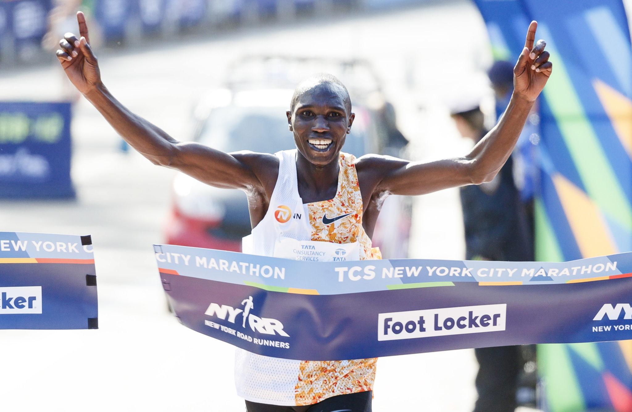 Biegacz Geoffrey Kamworor z Kenii przekracza linię mety na pierwszym miejscu 2019 TCS New York City Marathon, fot. JUSTIN LANE, PAP/EPA.